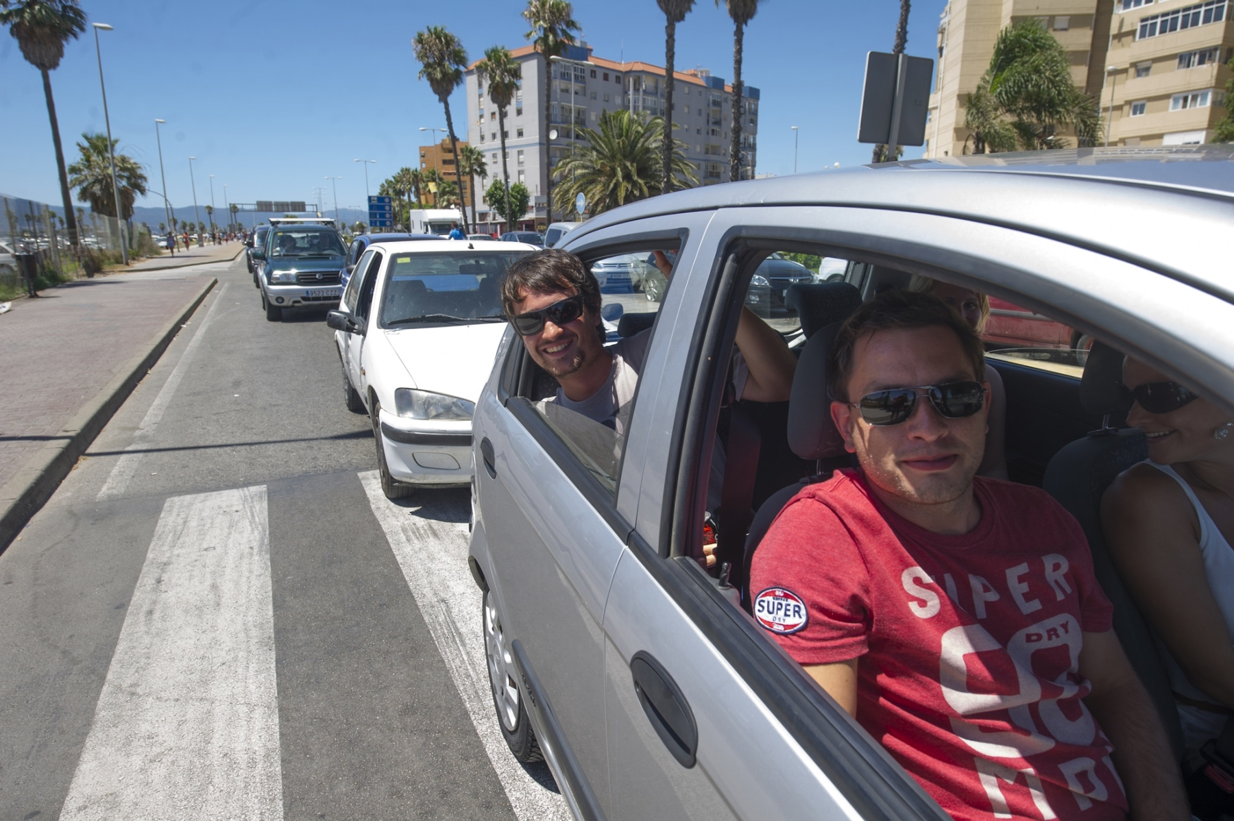 pasajeros-en-el-interior-de-un-vehculo-en-la-cola-de-acceso-a-gibraltar_9460842480_o