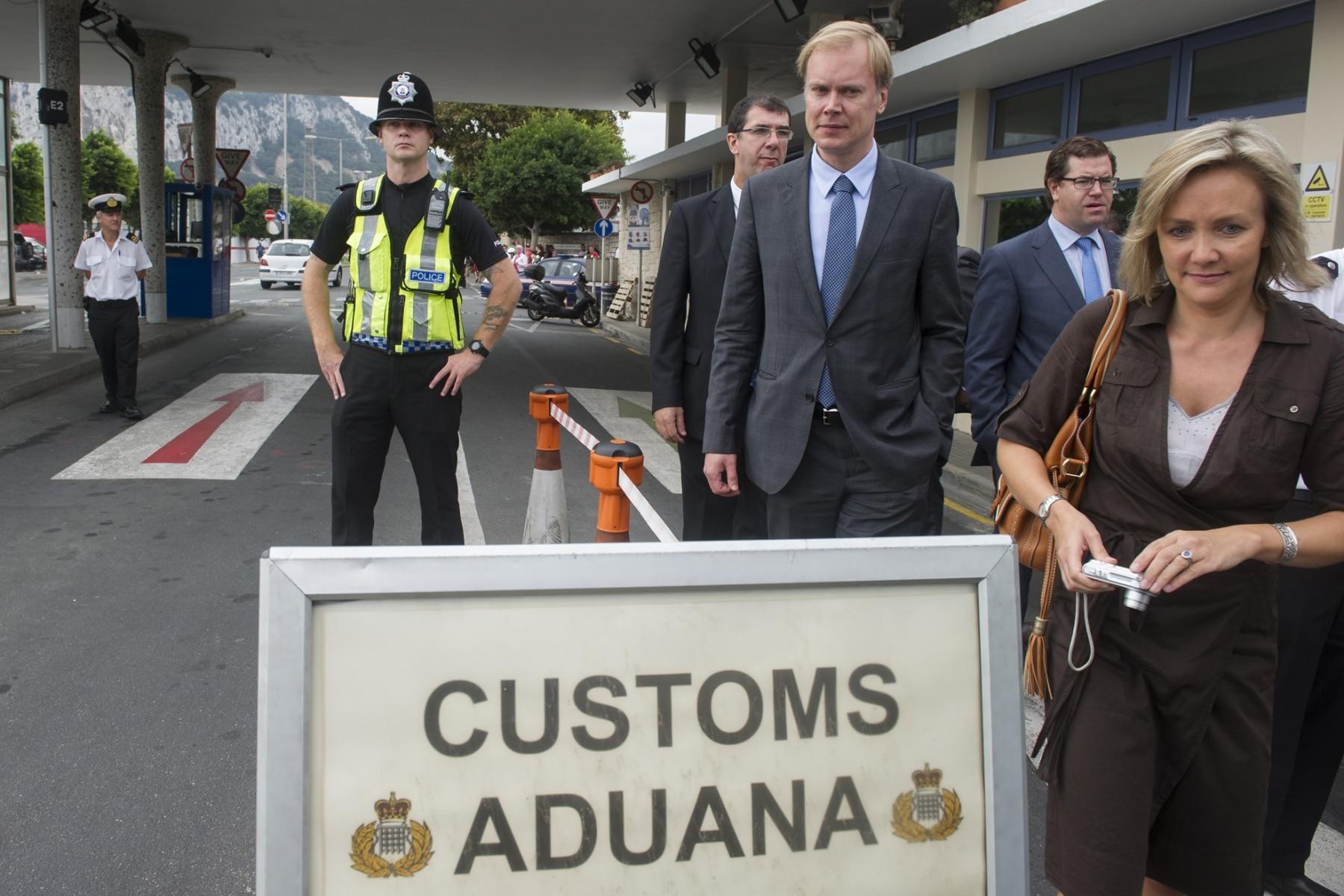 Gibraltar, 25 septiembre 2013. Miembros de la Comisión Europea salen de la aduana peatonal gibraltareña. MARCOS MORENO