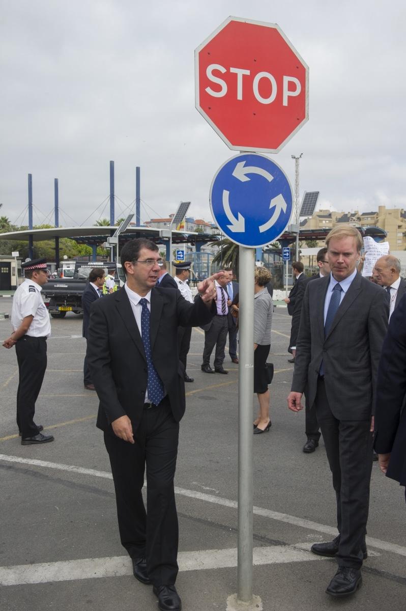 Gibraltar, 25 septiembre 2013. John Rodriguez, jefe de Aduanas de Gibraltar, explicando lo que sucede últimamente en los controles aduaneros por parte española a miembros de la Comisión Europea. MARCOS MORENO