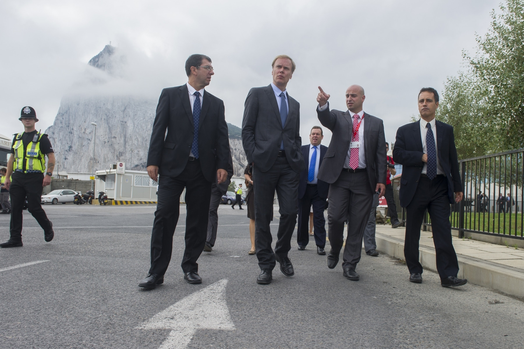 Gibraltar, 25 septiembre 2013. Miembros de la Comisión Europea comentando la situación de la frontera de Gibraltar junto a miembros de la aduana gibraltareña. MARCOS MORENO