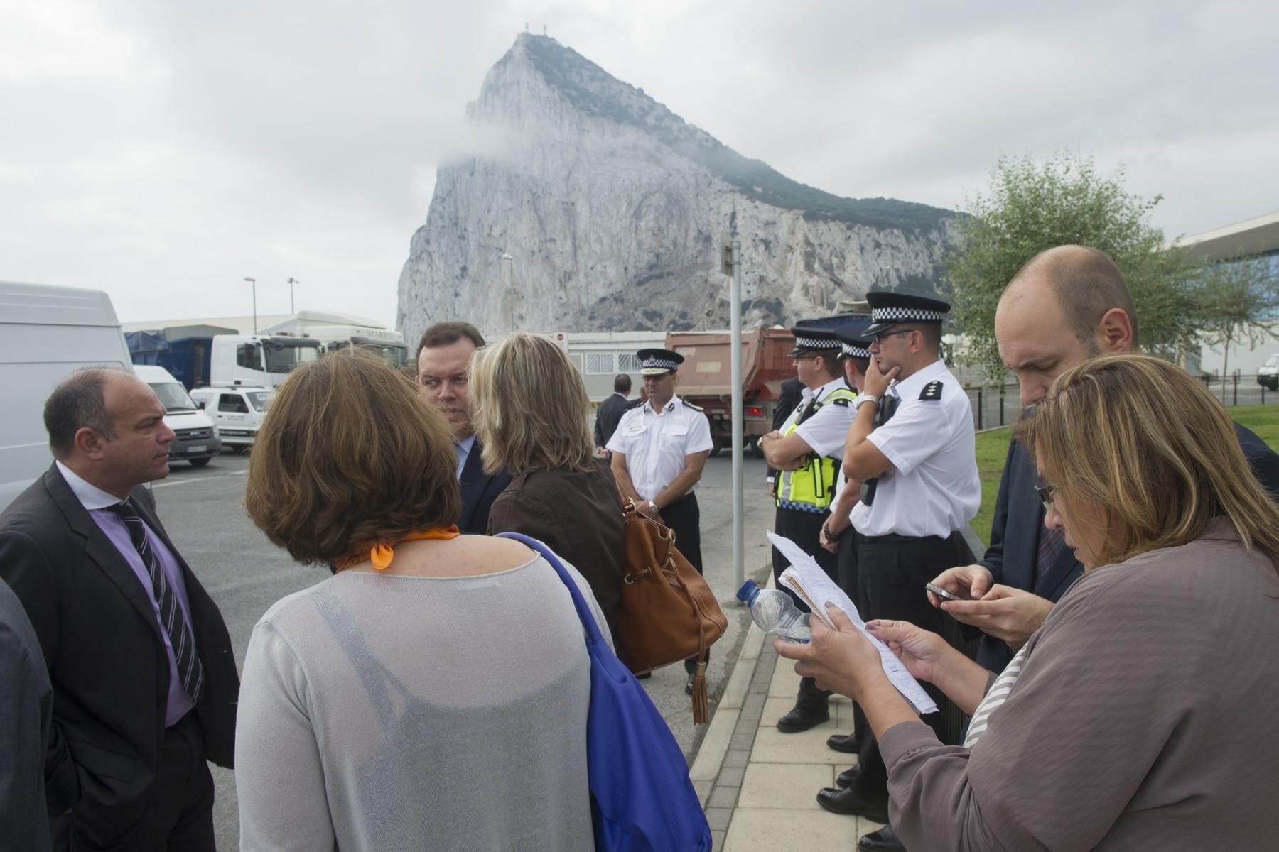 Gibraltar, 25 septiembre 2013. Miembros de la Comisión Europea comentando la situación de la frontera de Gibraltar. MARCOS MORENO