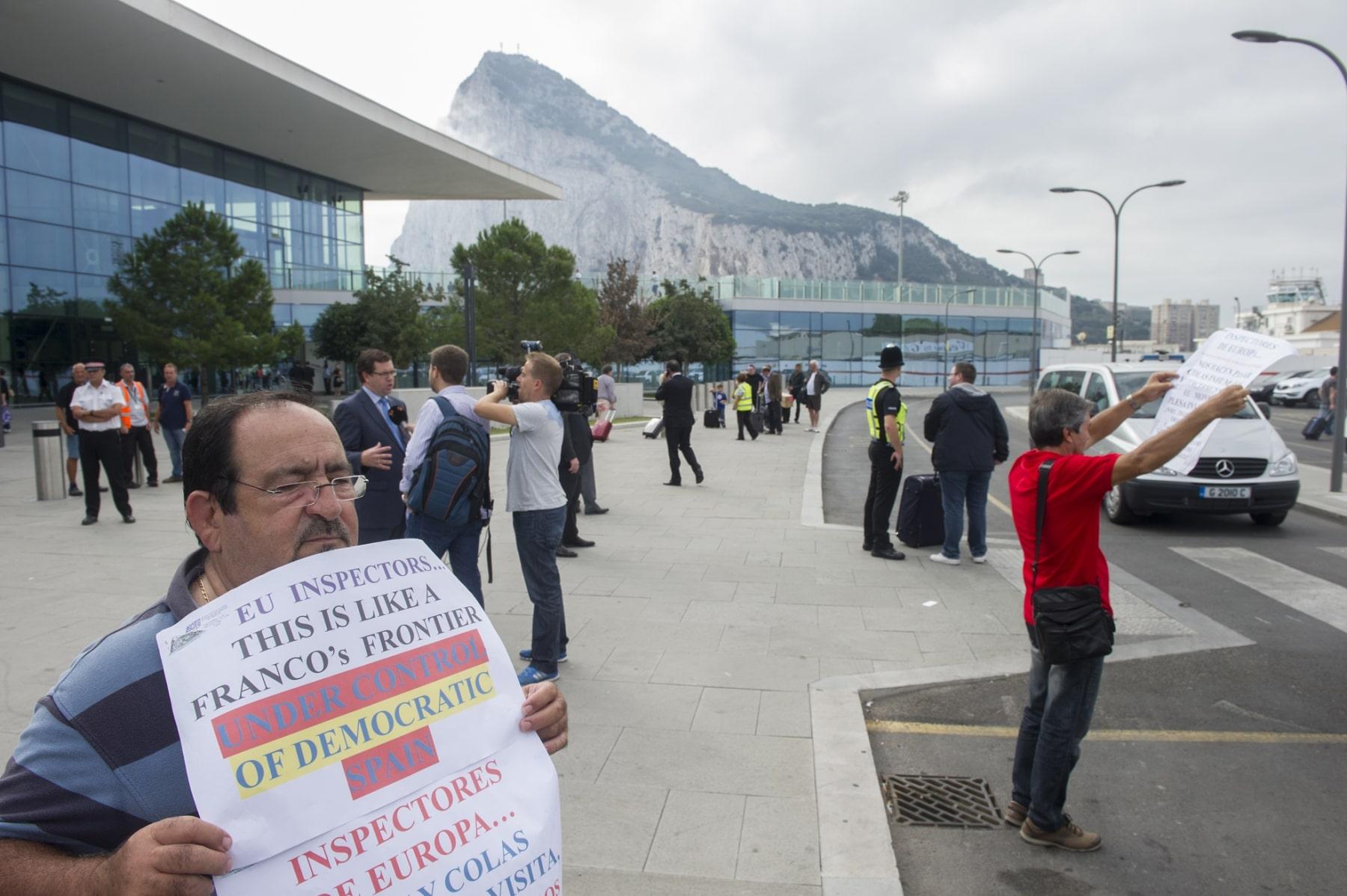 Gibraltar, 25 septiembre 2013. Miembros de la directiva de ASTEG (Asociación de trabajadores en Gibraltar) protestan con pancartas frente a los coches de la Comisión Europea. MARCOS MORENO