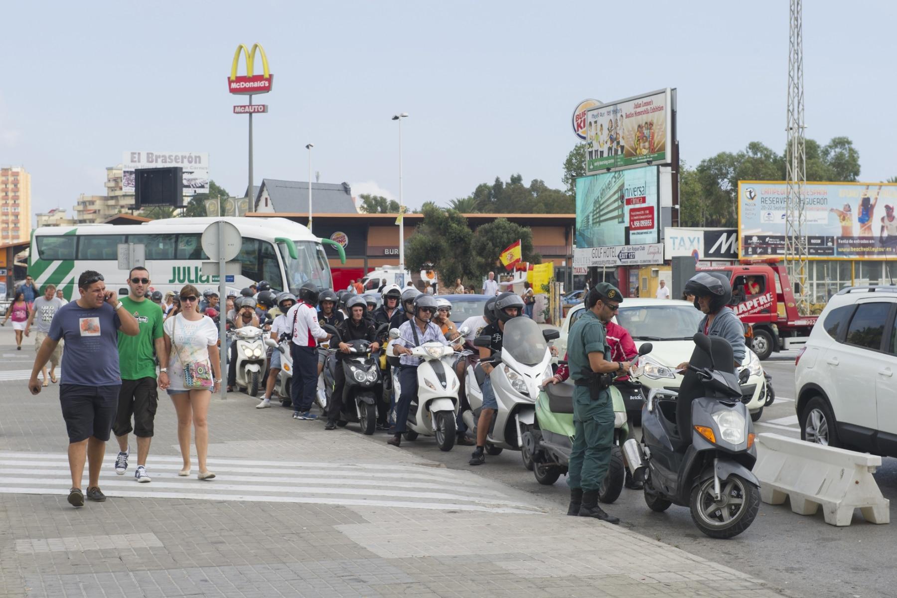 La Línea de la Concepción, 25 septiembre 2013. Cola de entrada en la frontera de Gibraltar. Un GRS pidiendo la documentación a un motorista. MARCOS MORENO