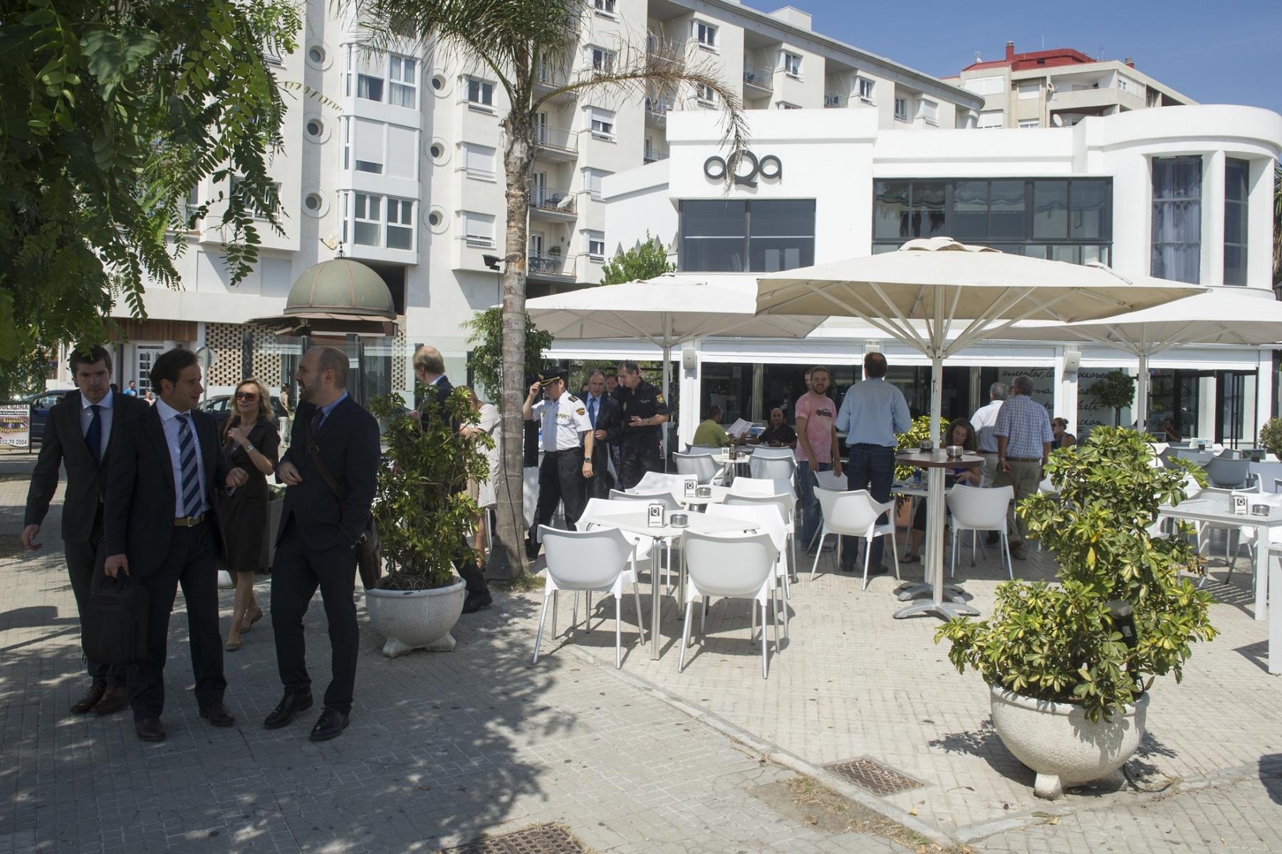 La Línea de la Concepción, 25 septiembre 2013. La Comisión Europea y miembros de las Fuerzas y Cuerpos de Seguridad españoles saliendo del Restaurante Aqua para dirigirse a la frontera de Gibraltar. MARCOS MORENO