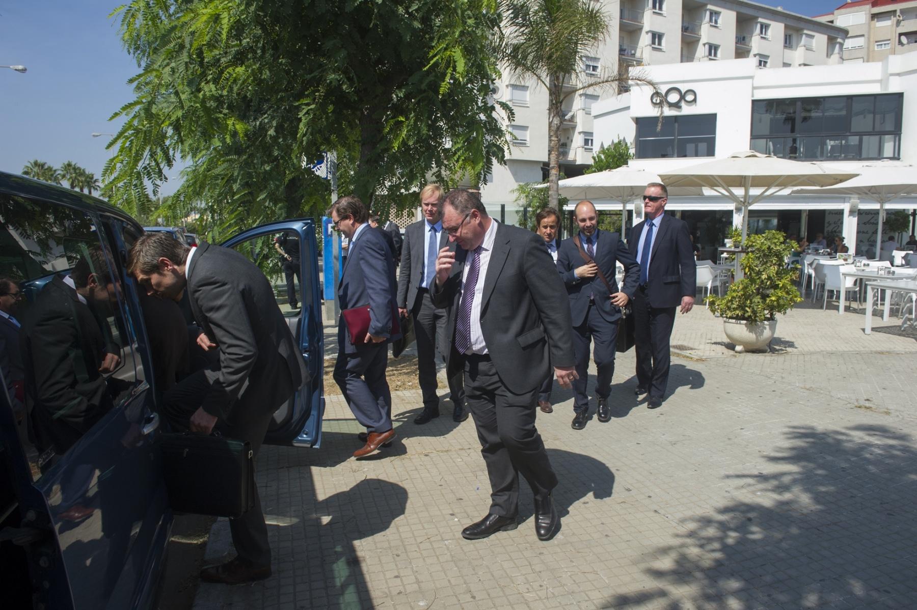 La Línea de la Concepción, 25 septiembre 2013. La Comisión Europea saliendo del Restaurante Aqua para dirigirse a la frontera de Gibraltar. MARCOS MORENO