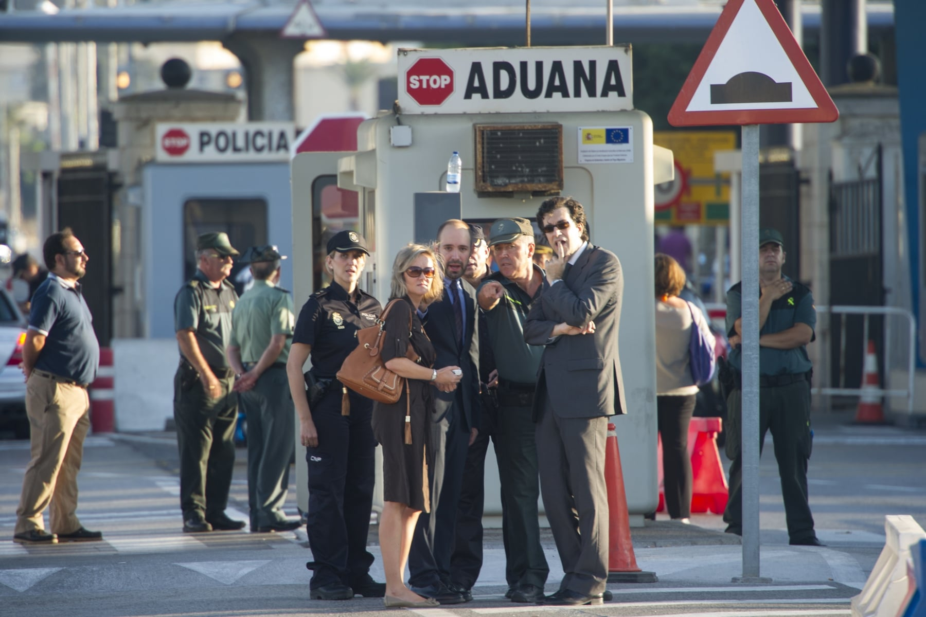 La Línea de la Concepción, 25 septiembre 2013. La Comisión Europea observando los controles que la Guardia Civil hace a la entrada de Gibraltar, el Capitán Vilchez de la Guardia Civil explica el proceso. MARCOS MORENO