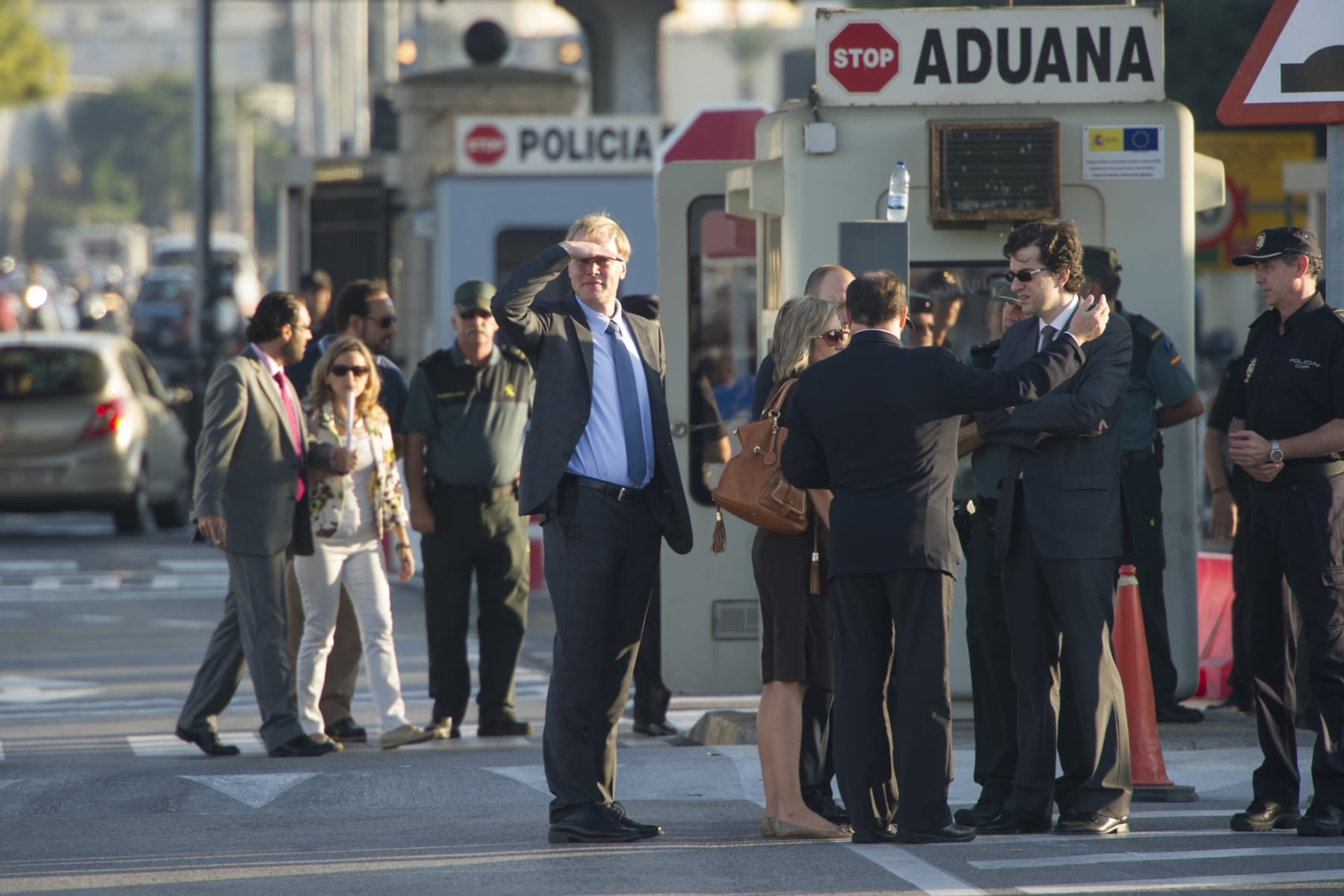 La Línea de la Concepción, 25 septiembre 2013. La Comisión Europea observando los controles que la Guardia Civil hace a la entrada de Gibraltar. MARCOS MORENO