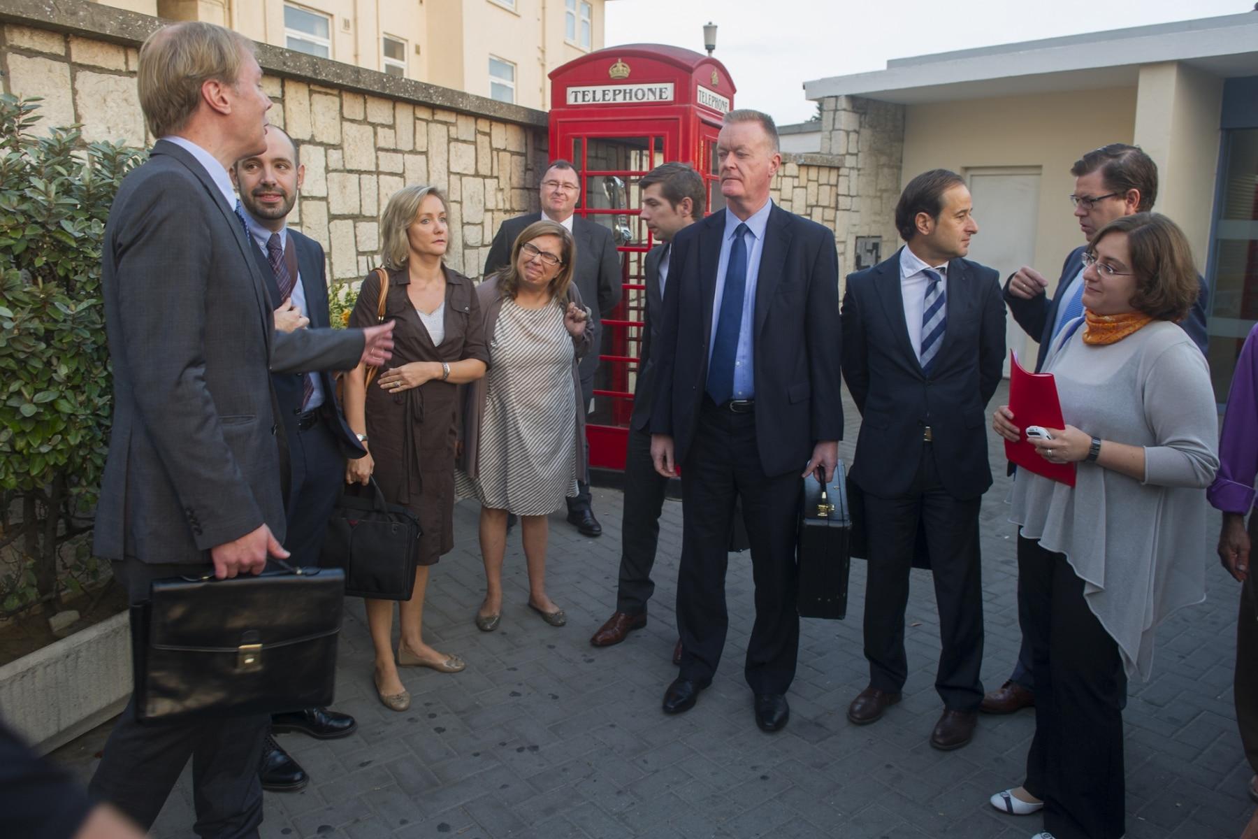 Gibraltar, 25 septiembre 2013. Miembros de la Comisión Europea recién llegados a la aduana gibraltareña. MARCOS MORENO