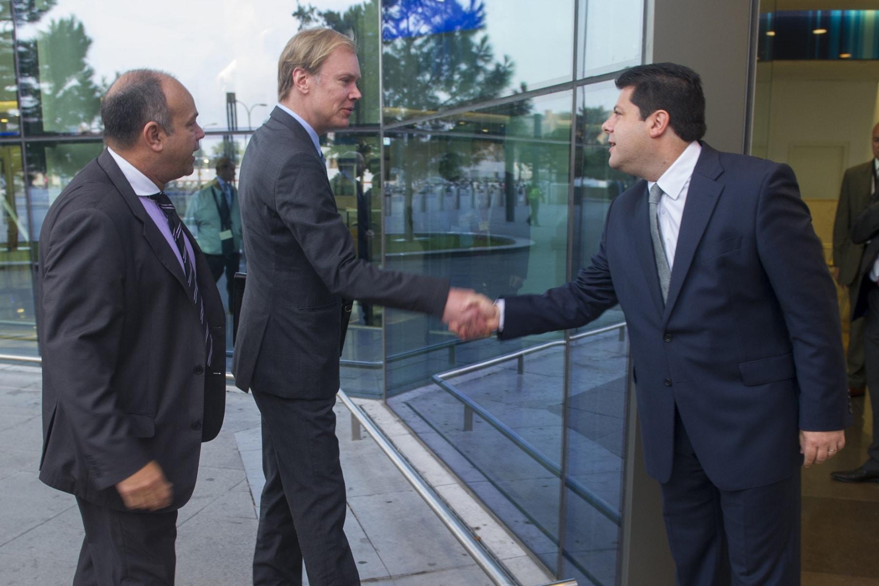 Gibraltar, 25 septiembre 2013. Fabian Picardo (Primer Ministro de Gibraltar) recibe en el aeropuerto a los miembros de la Comisión Europea de investigación. MARCOS MORENO