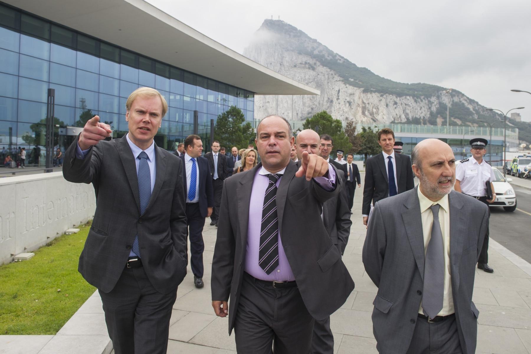 Gibraltar, 25 septiembre 2013. Miembros de la Comisión Europea comentando la situación de la frontera de Gibraltar junto a miembros de la aduana gibraltareña y al abogado del Gobierno de Gibraltar. MARCOS MORENO