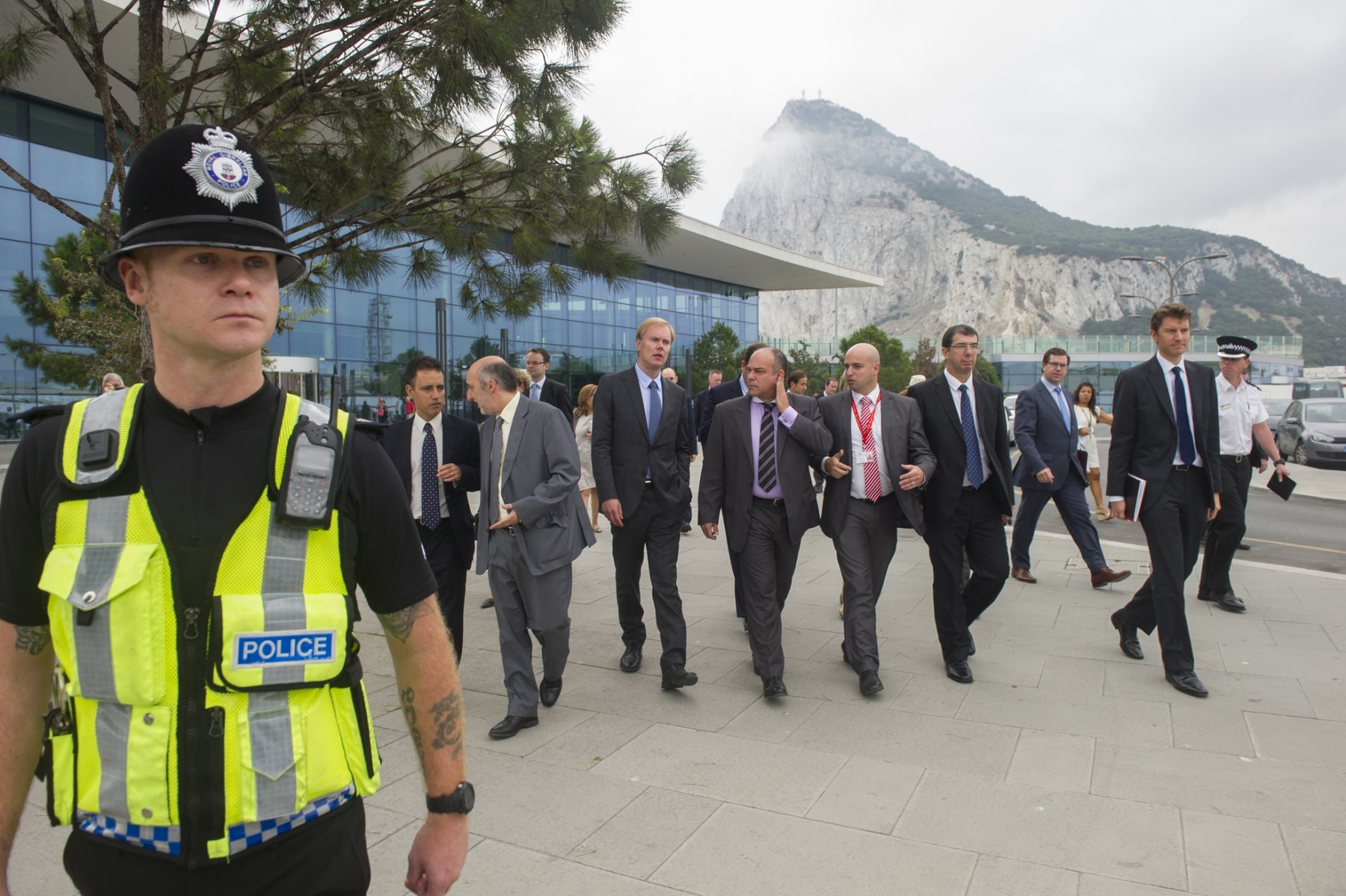 Gibraltar, 25 septiembre 2013. Miembros de la Comisión Europea se dirigen a la frontera junto a miembros de la aduana gibraltareña. MARCOS MORENO