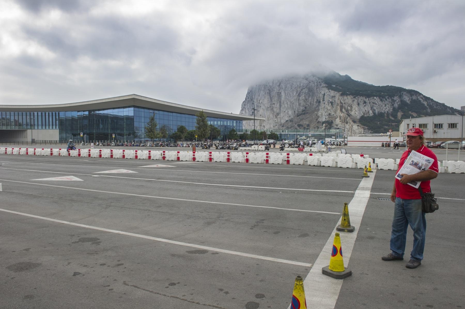 Gibraltar, 20 septiembre 2013. Cola de salida de Gibraltar inexistente a medio día. Tan sólo el vendedor de periódicos. AFP PHOTO / MARCOS MORENO