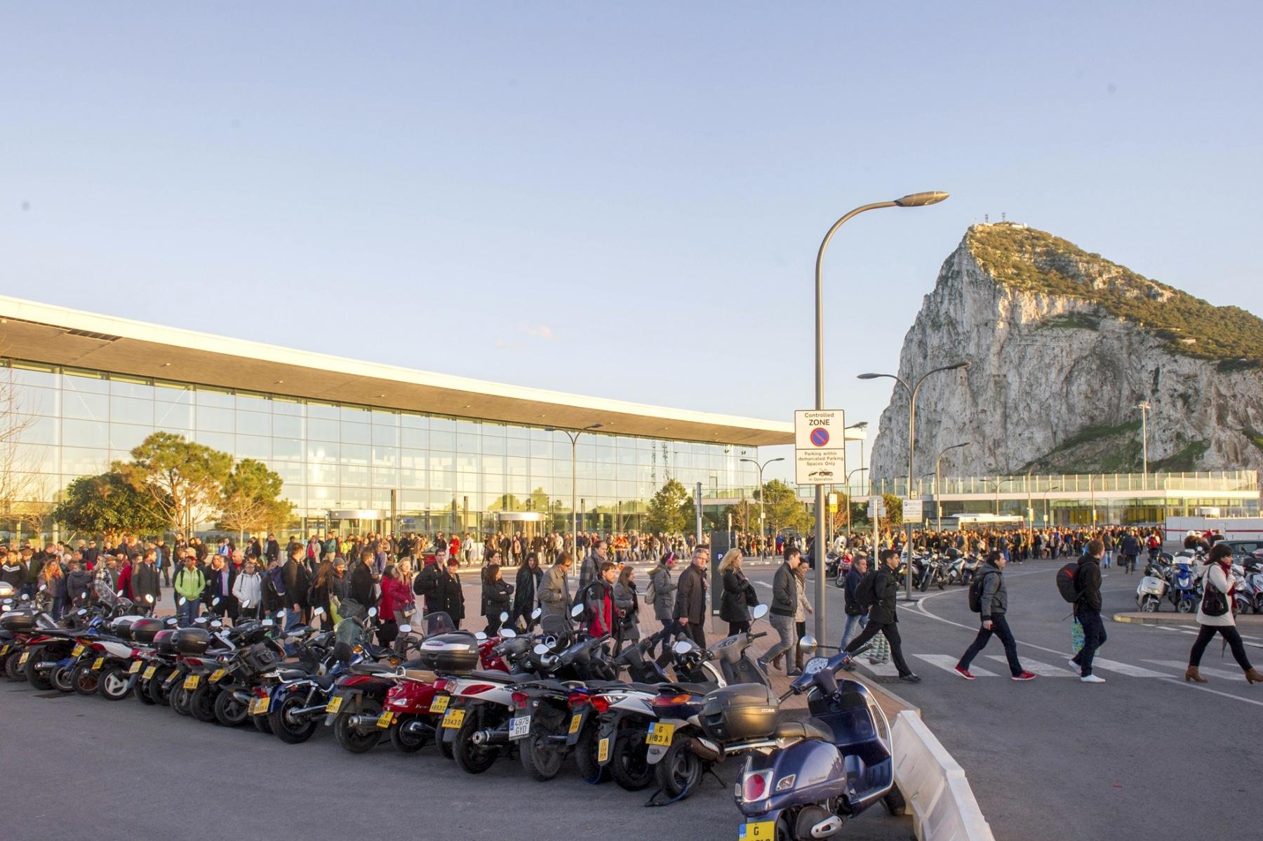 Gibraltar - 24.02.2014 - MARCOS MORENO - Colas peatonlaes de 2 horas para salir de la aduana de Gibraltar a España.