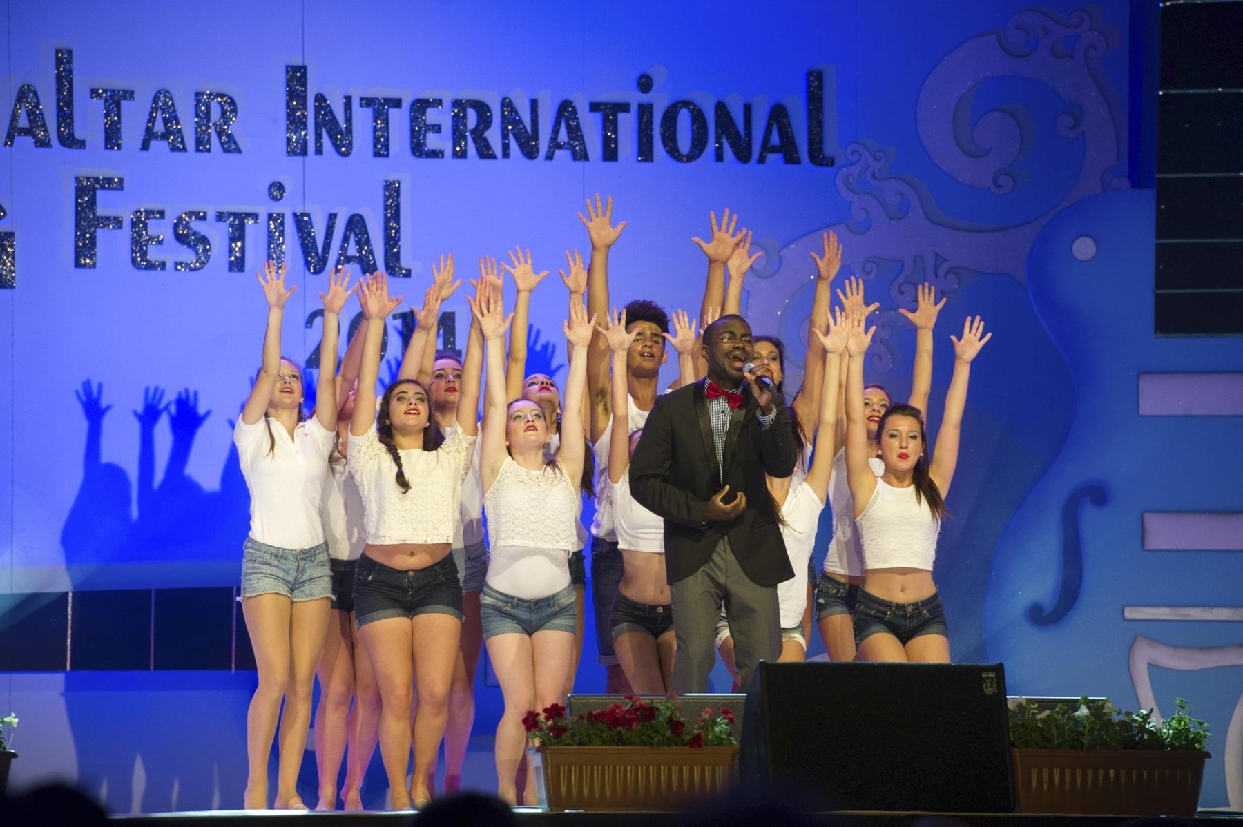 asher-moodie-reino-unido-junto-a-bailarines-de-la-mediterranen-dance-school-y-dance-academy_14033036985_o