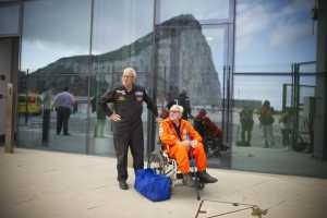 141011 Visita Tom Lackey, acróbata aéreo con 94 años