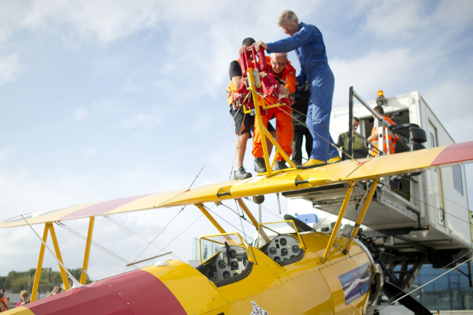 tom-lackey-acrobata-aereo-de-94-anos-en-gibraltar-10102014-09_15493080656_o
