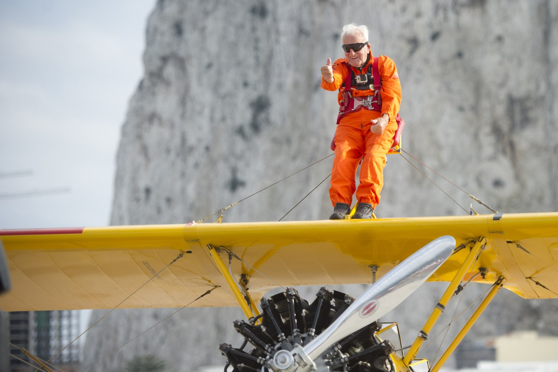 tom-lackey-acrobata-aereo-de-94-anos-en-gibraltar-10102014-12_15329665857_o