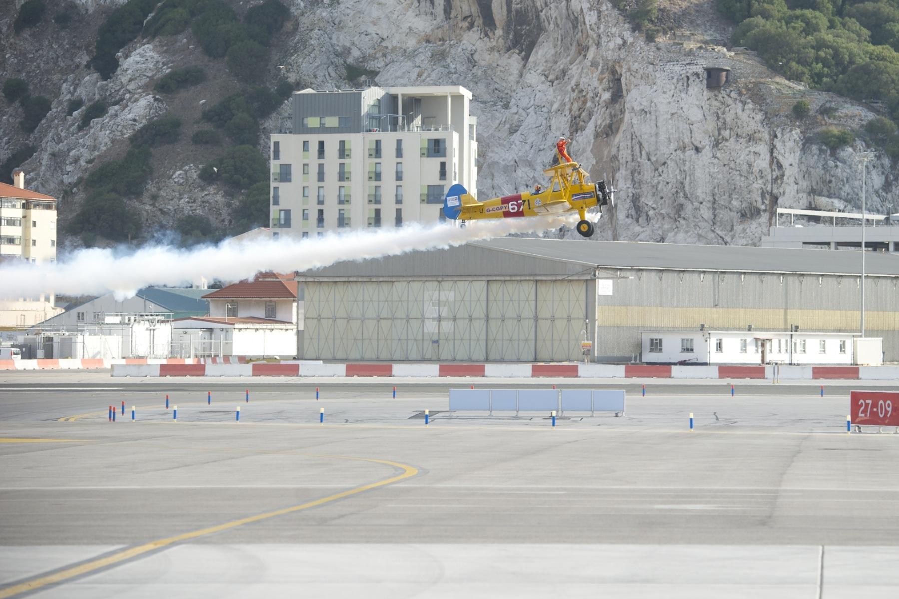 tom-lackey-acrobata-aereo-de-94-anos-en-gibraltar-10102014-14_15516249685_o