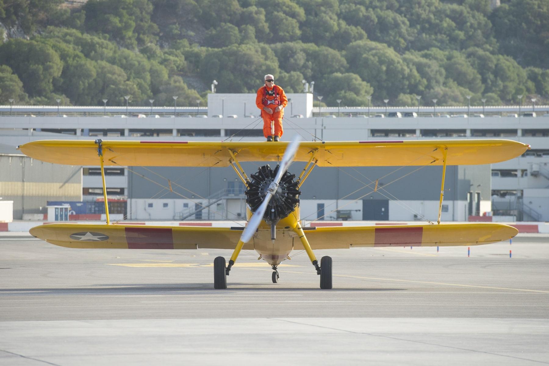 tom-lackey-acrobata-aereo-de-94-anos-en-gibraltar-10102014-19_15493078646_o
