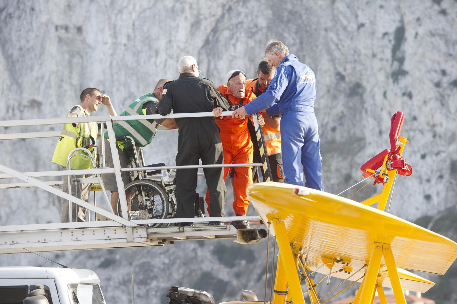 tom-lackey-acrobata-aereo-de-94-anos-en-gibraltar-10102014-21_15516252835_o
