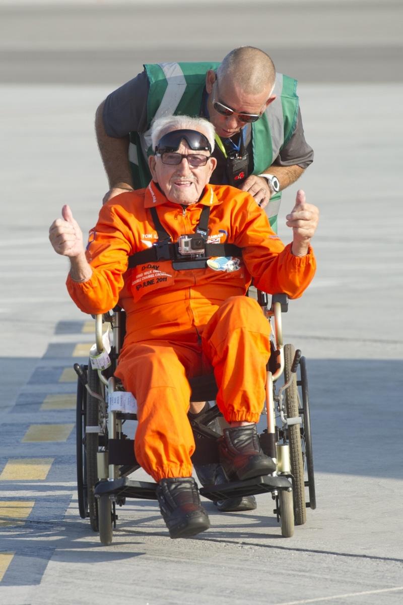 tom-lackey-acrobata-aereo-de-94-anos-en-gibraltar-10102014-22_15329662637_o
