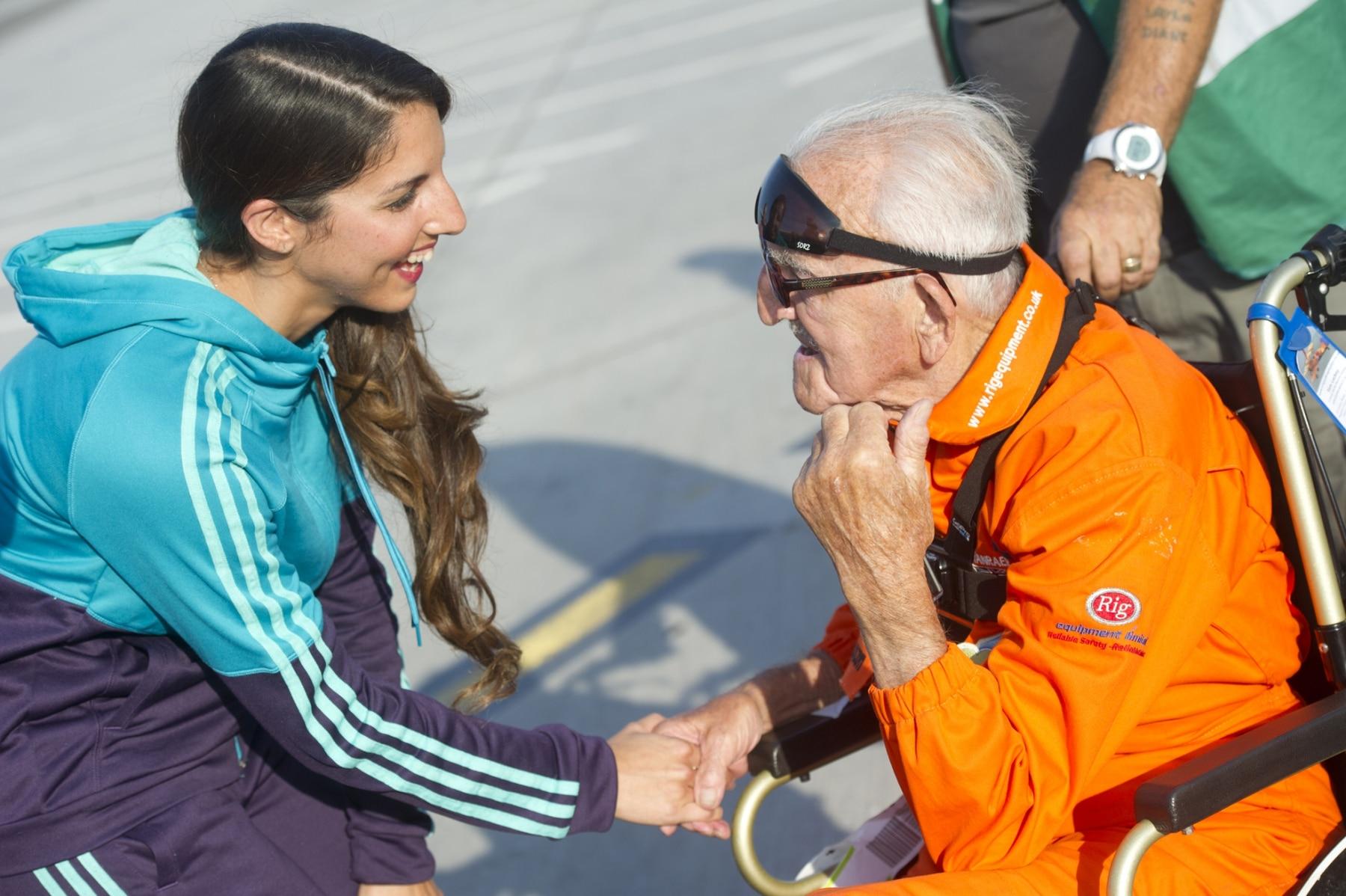 tom-lackey-acrobata-aereo-de-94-anos-en-gibraltar-10102014-23_15515852032_o