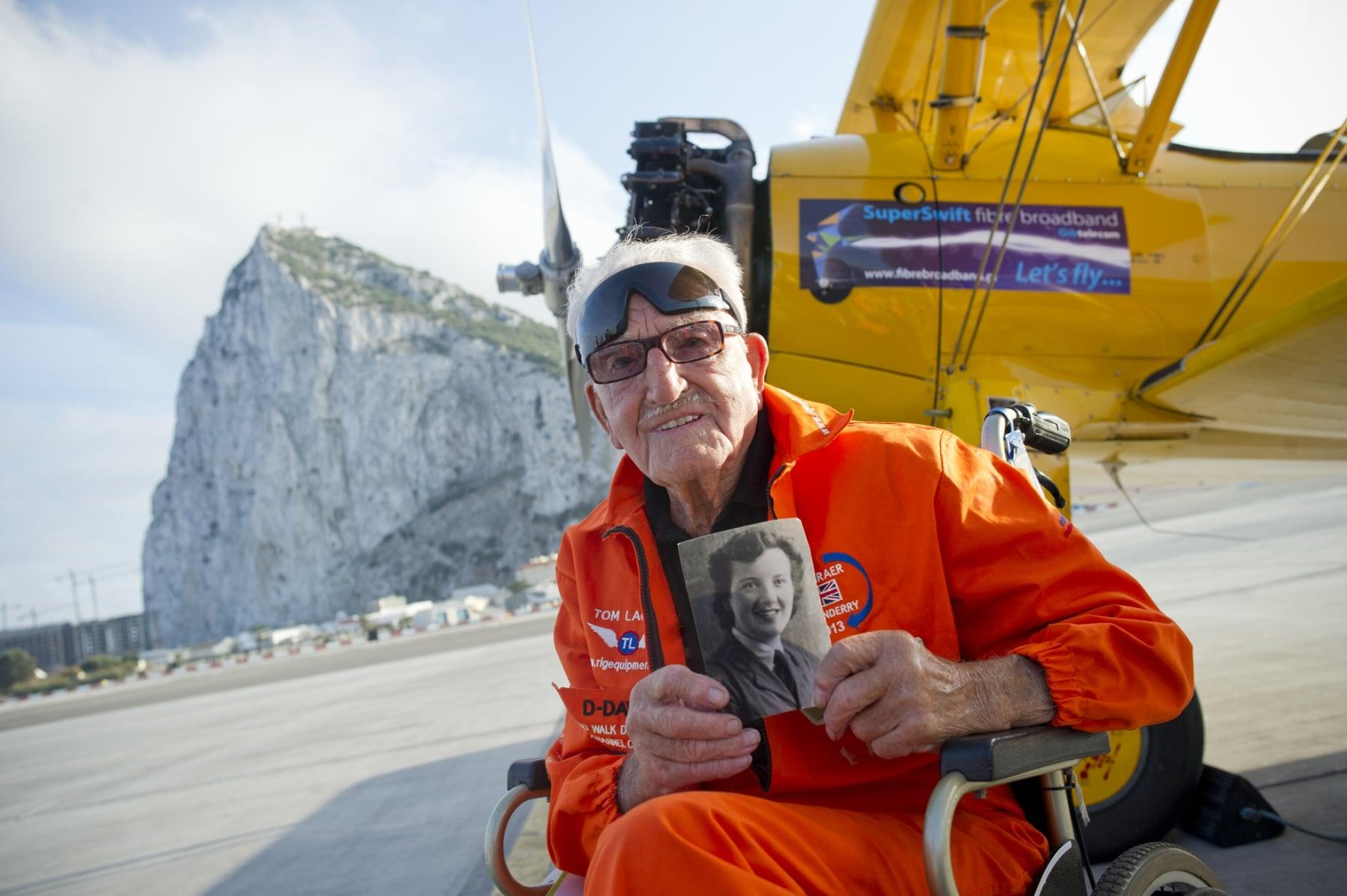 tom-lackey-acrobata-aereo-de-94-anos-en-gibraltar-10102014-24_15493076906_o
