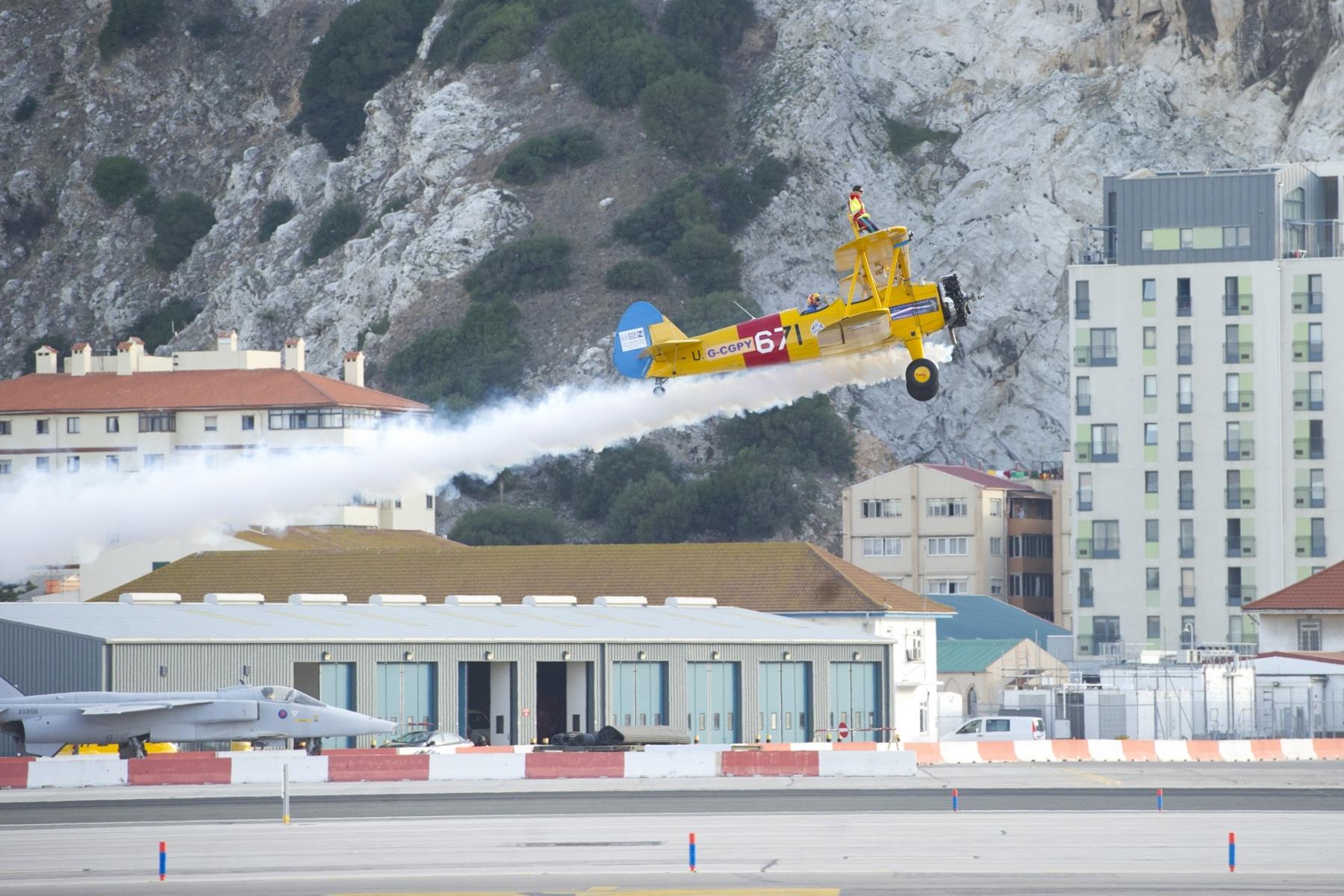 tom-lackey-acrobata-aereo-de-94-anos-en-gibraltar-10102014-28_15515850112_o