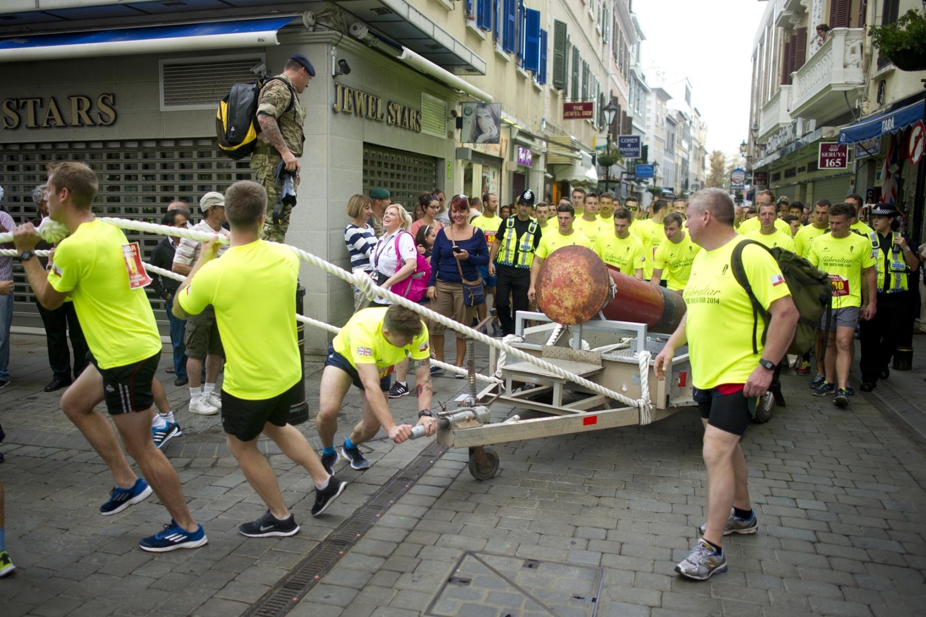 henry-cavill-en-la-carrera-del-350-aniversario-de-los-royal-marines-en-gibraltar-25-octubre-201417_15437752767_o