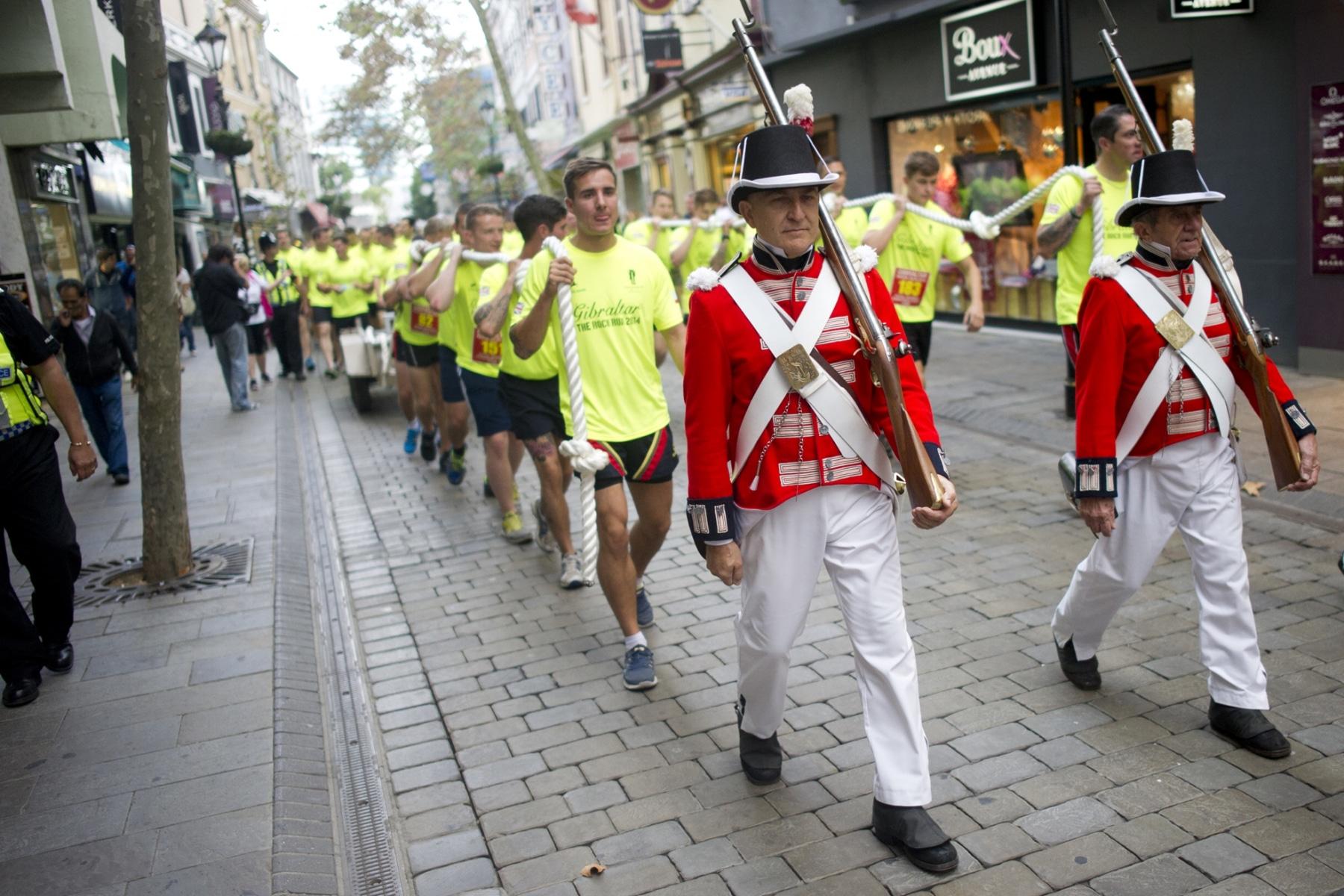 superman-en-gibraltar-actor-henry-cavill-carrera-5km-del-350-aniversario-de-la-marina-britanica-25102014-09_15447875619_o