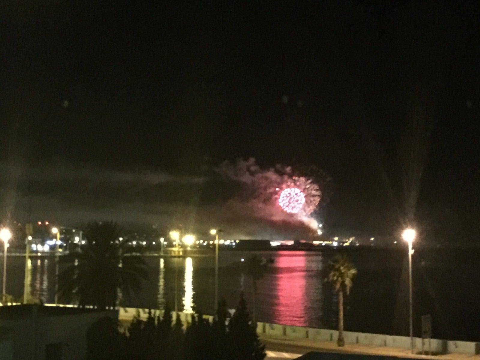 fuegos-artificiales-como-colofn-del-da-nacional-de-gibraltar-2015_22557048340_o