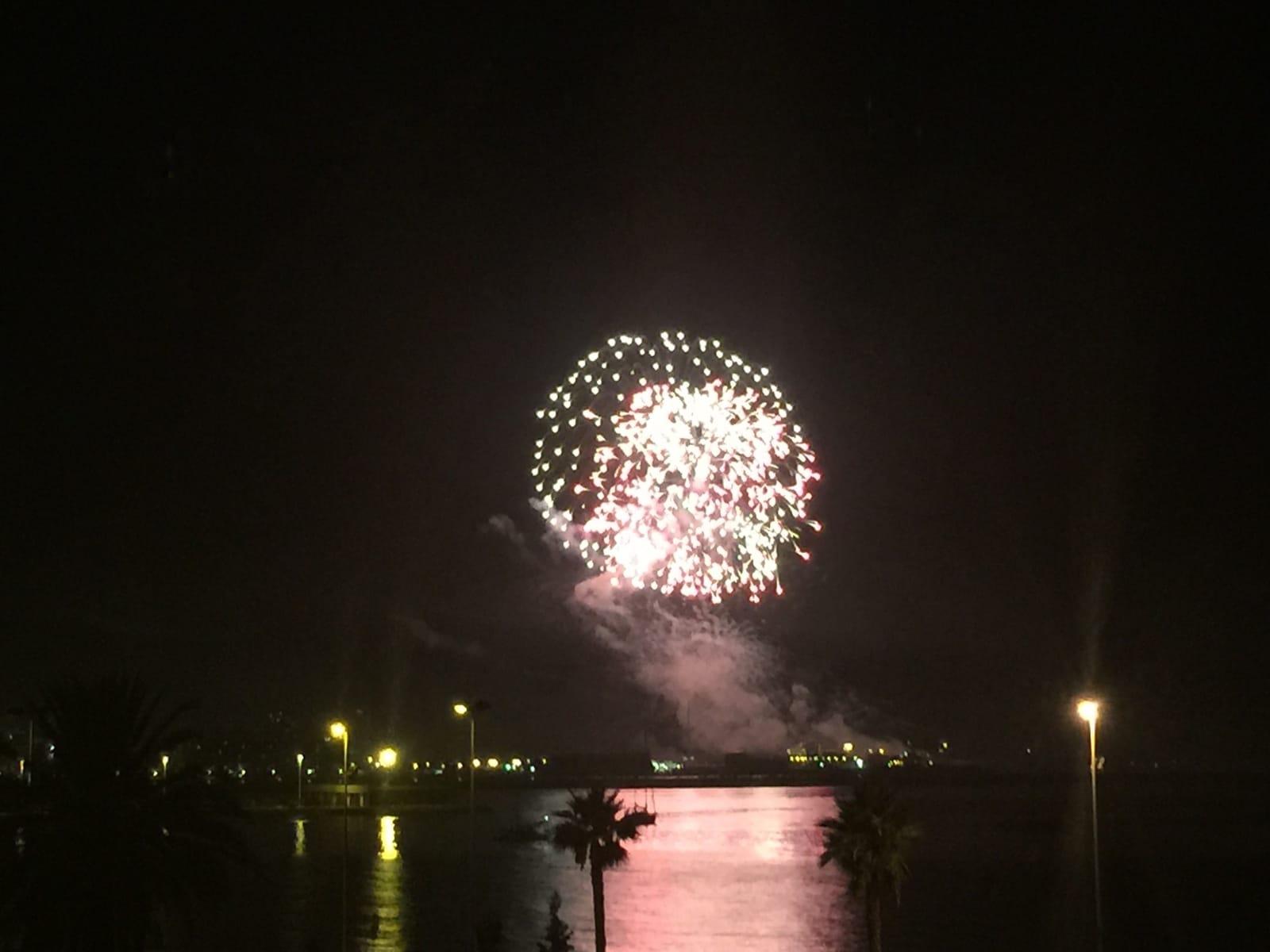fuegos-artificiales-como-colofn-del-da-nacional-de-gibraltar-2015_22731418922_o
