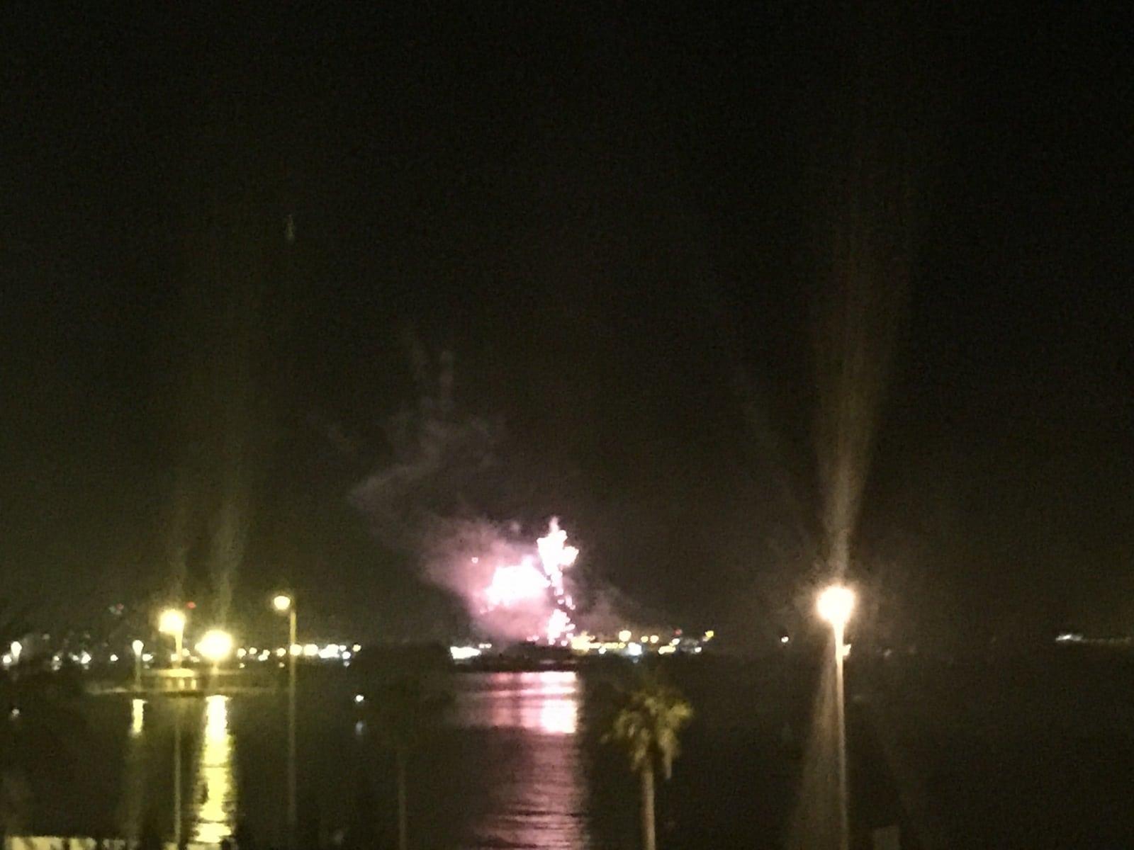 fuegos-artificiales-como-colofn-del-da-nacional-de-gibraltar-2015_22744960755_o