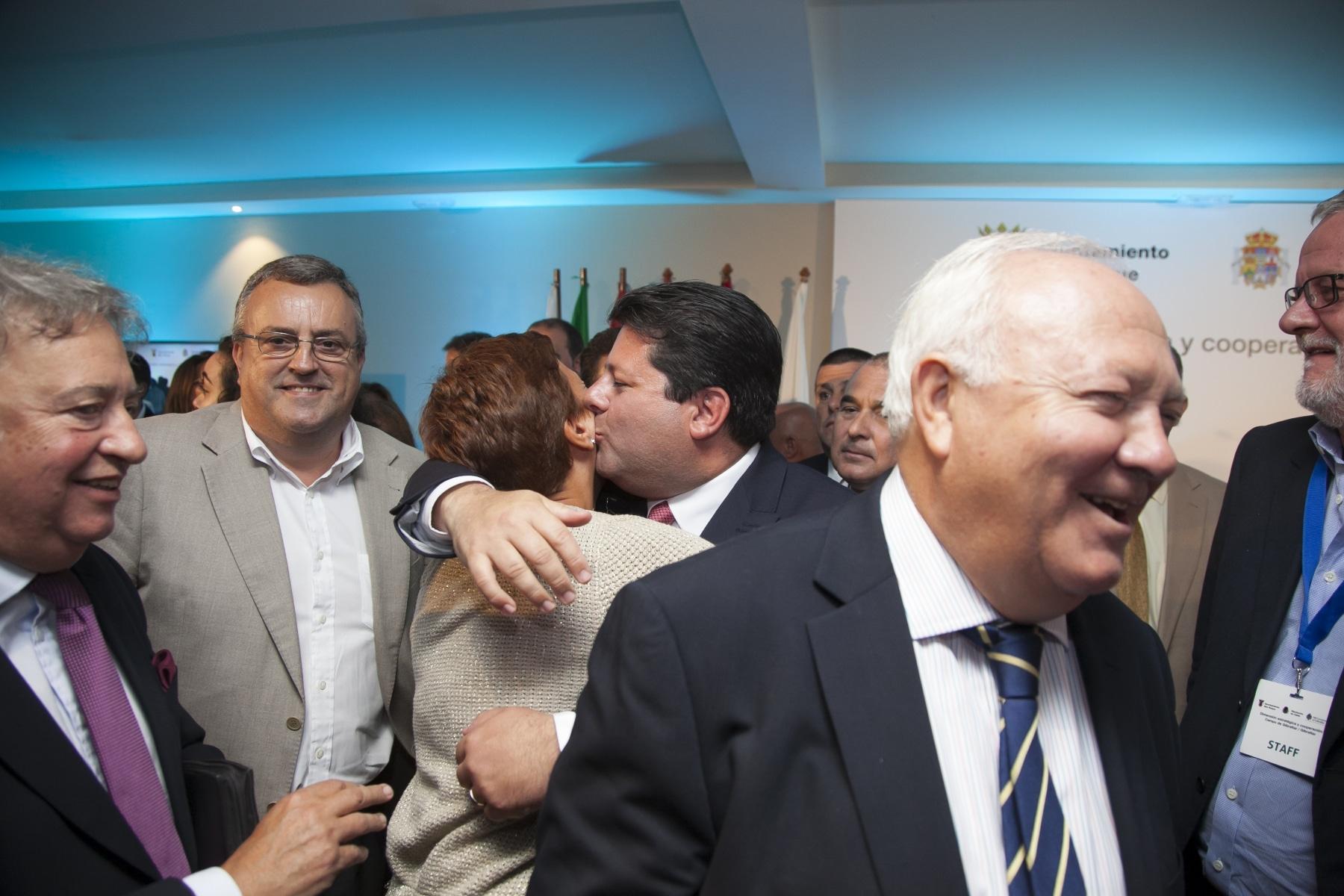 a-exalcaldesa-de-la-lnea-de-la-concepcin-gemma-araujo-psoe-saluda-al-ministro-principal-de-gibraltar-fabian-picardo_21423551375_o