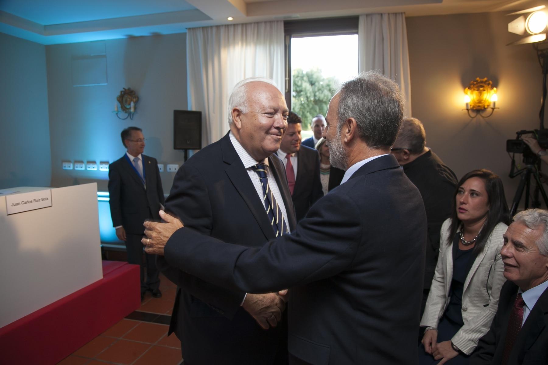 el-exministro-de-asuntos-exteriores-miguel-ngel-moratinos-i-saluda-al-diputado-socialista-salvador-de-la-encina_21432496621_o