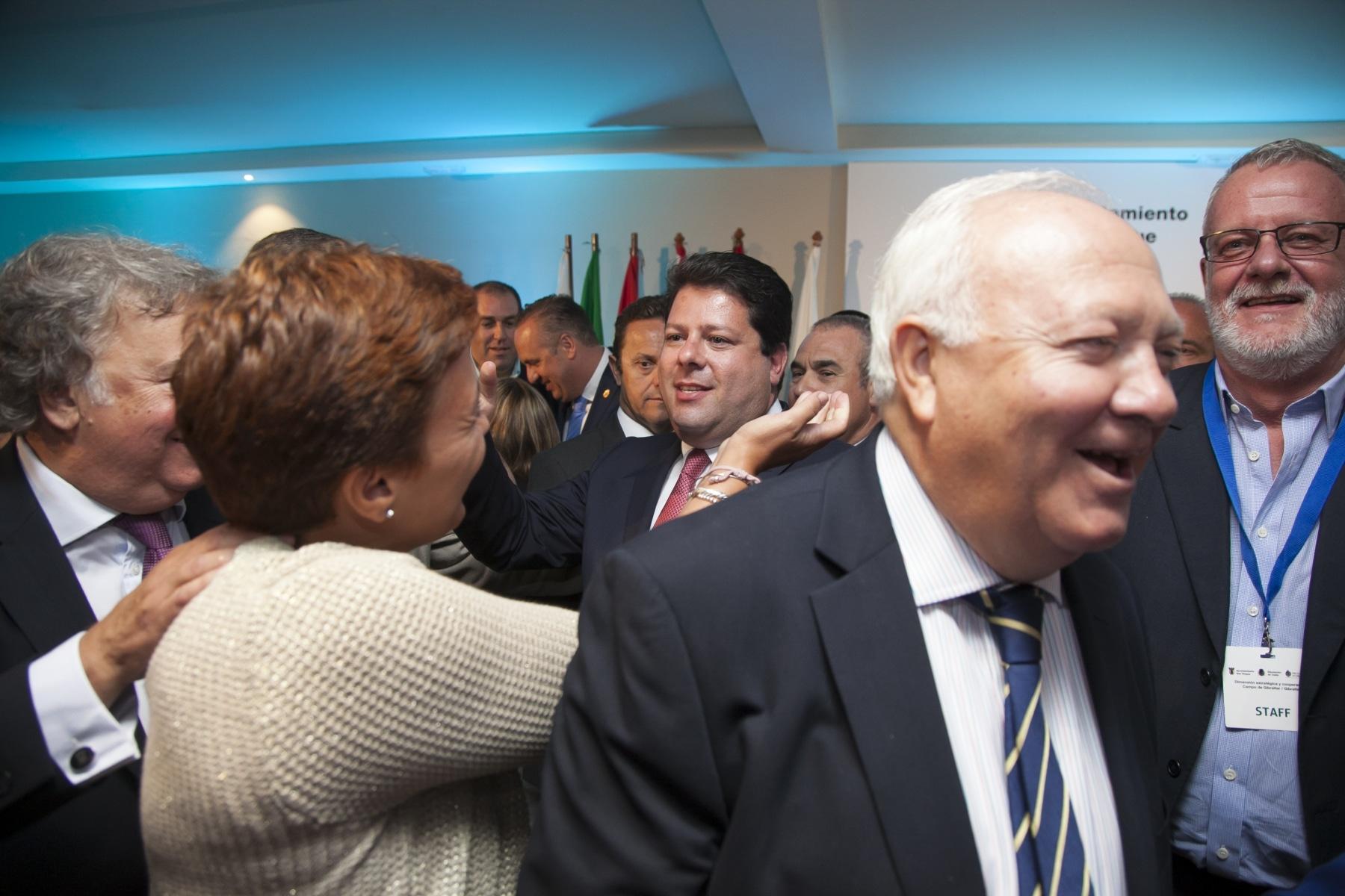 la-exalcaldesa-de-la-lnea-de-la-concepcin-gemma-araujo-psoe-saluda-al-ministro-principal-de-gibraltar-fabian-picardo_20802487833_o