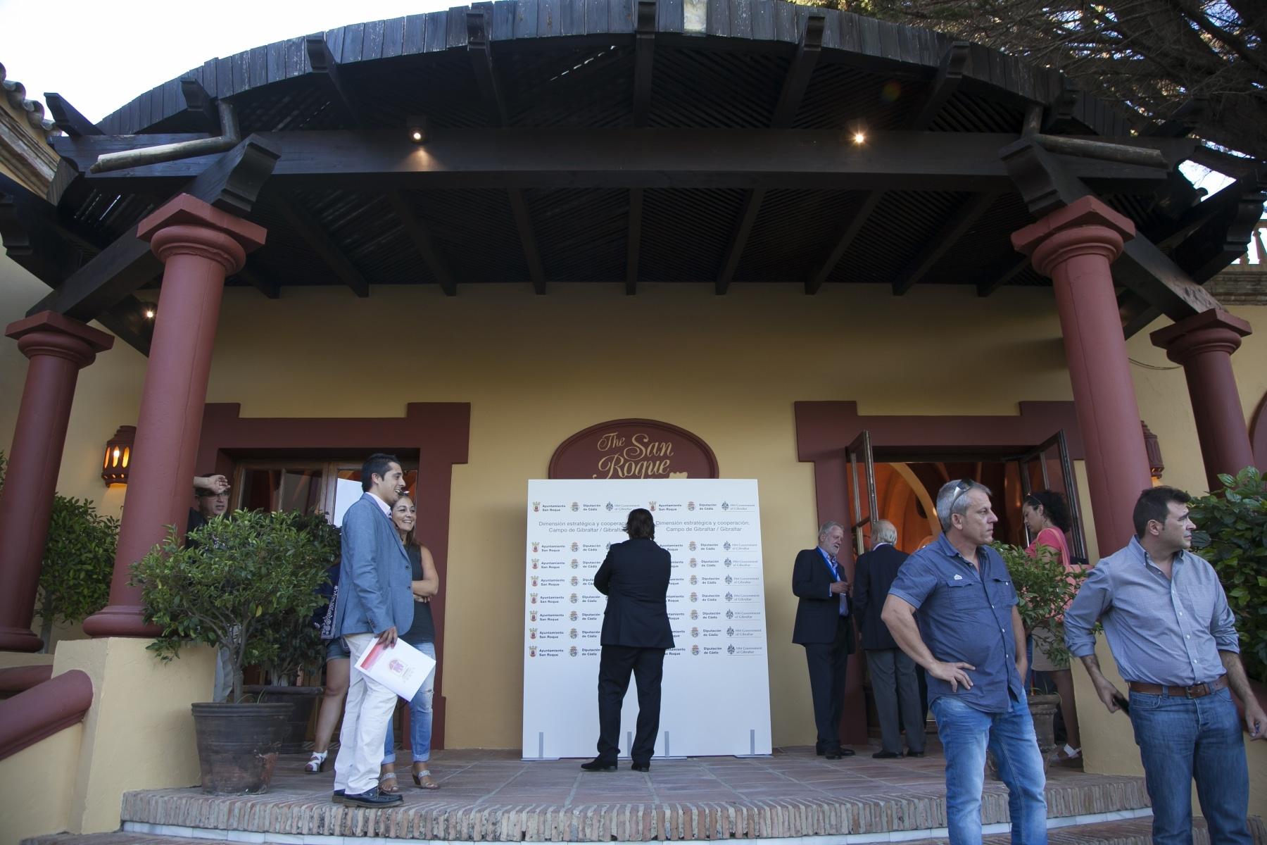 medios-de-comunicacin-e-invitados-en-la-entrada-del-san-roque-club-antes-de-la-conferencia_20803032493_o
