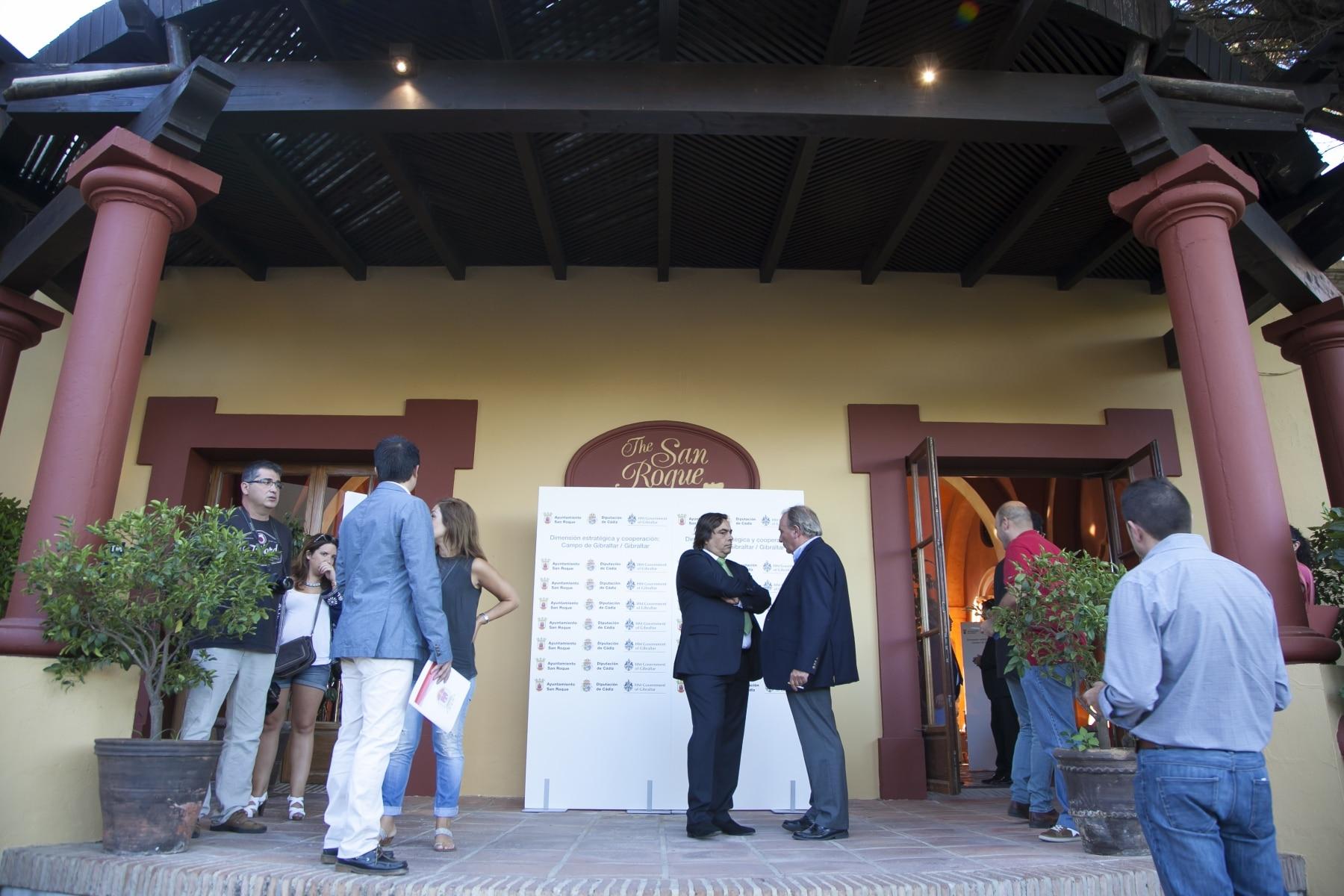 medios-de-comunicacin-e-invitados-en-la-entrada-del-san-roque-club-antes-de-la-conferencia_21237231059_o