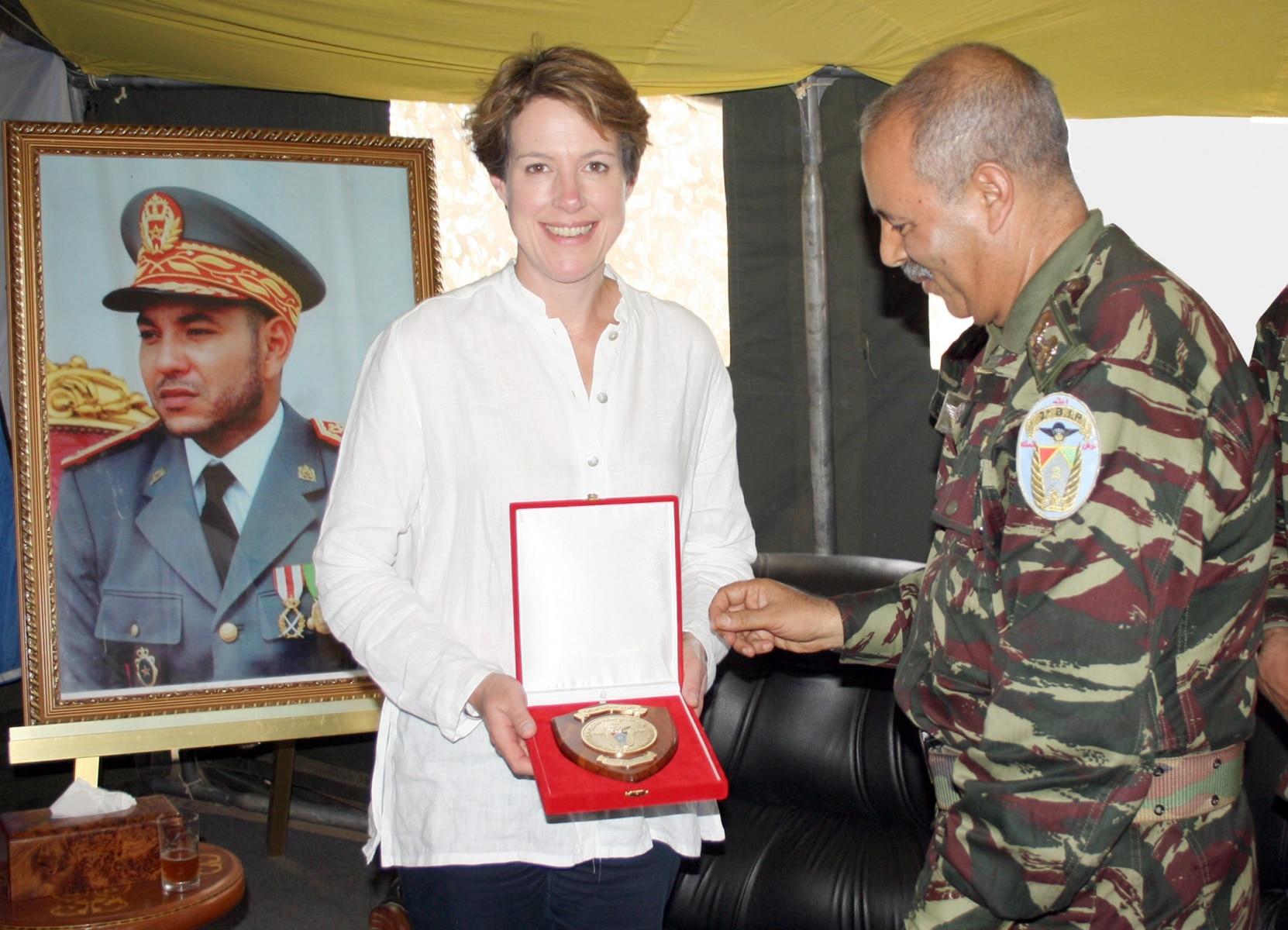 jebel-sahara-1-el-cnel-cte-badr-entrega-una-placa-a-la-embajadora-del-reino-unido-en-marruecos_23091556746_o