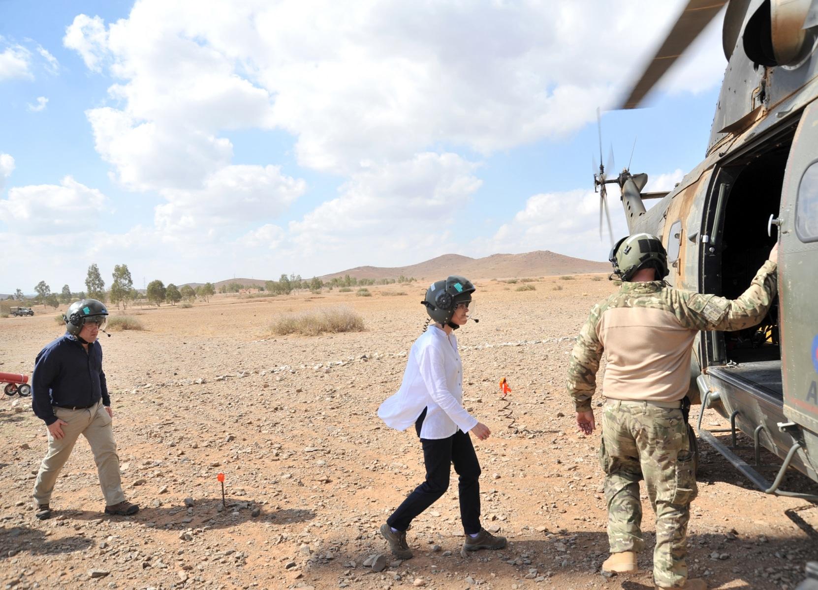 jebel-sahara-3-la-embajadora-del-reino-unido-en-marruecos-se-prepara-para-subir-a-bordo-de-un-helicptero-puma_22494866654_o