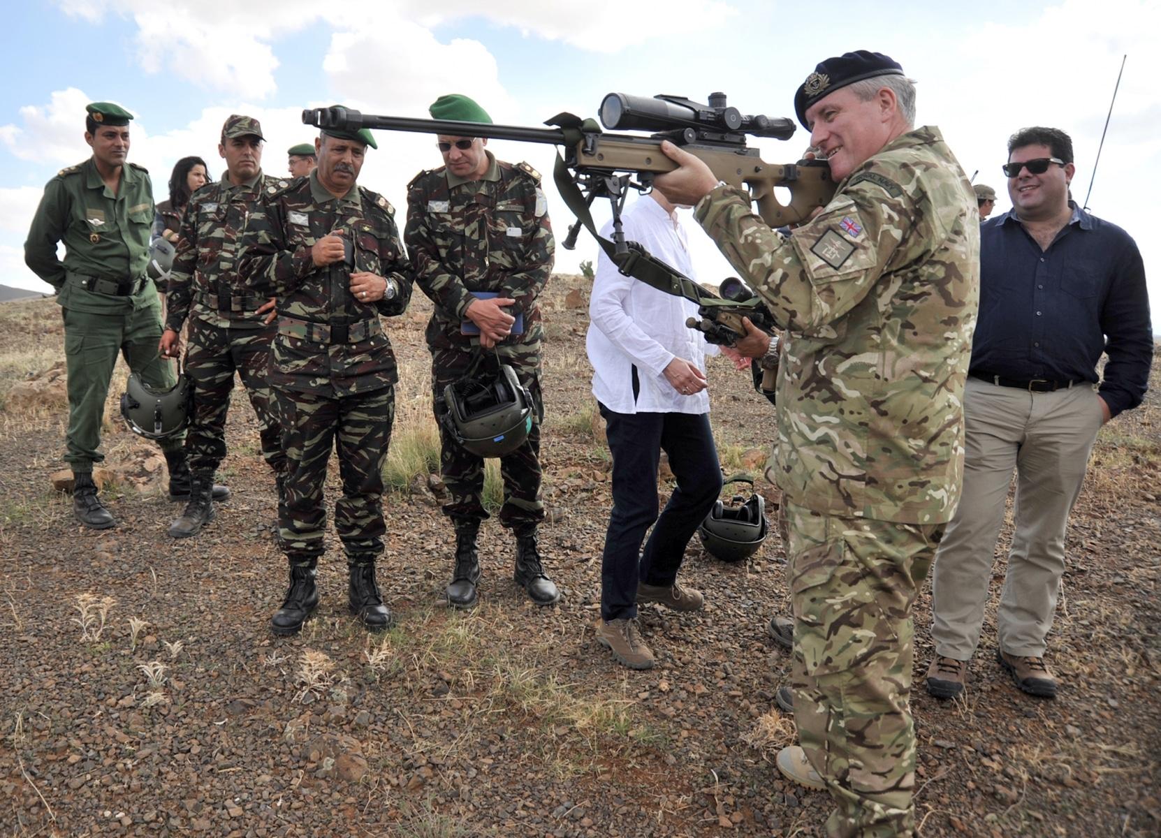 jebel-sahara-5-el-cte-de-las-ffaa-britnicas-en-gibraltar-apunta-un-arma_22494994564_o