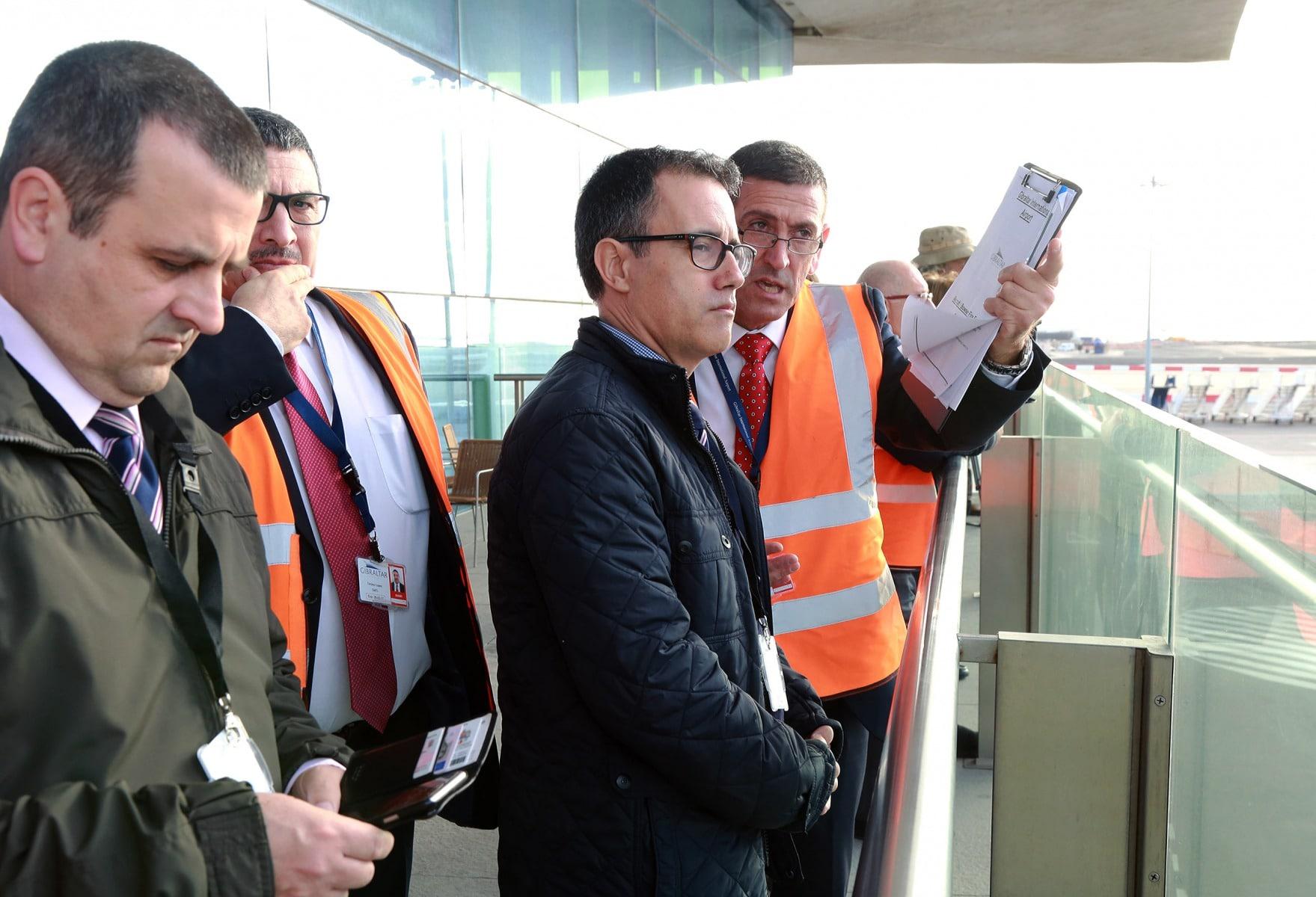 joseph-garca-viceministro-principal-de-gibraltar-el-9-feb-2016-durante-un-simulacro-de-incidente-en-el-aeropuerto-de-gibraltar_24821643911_o