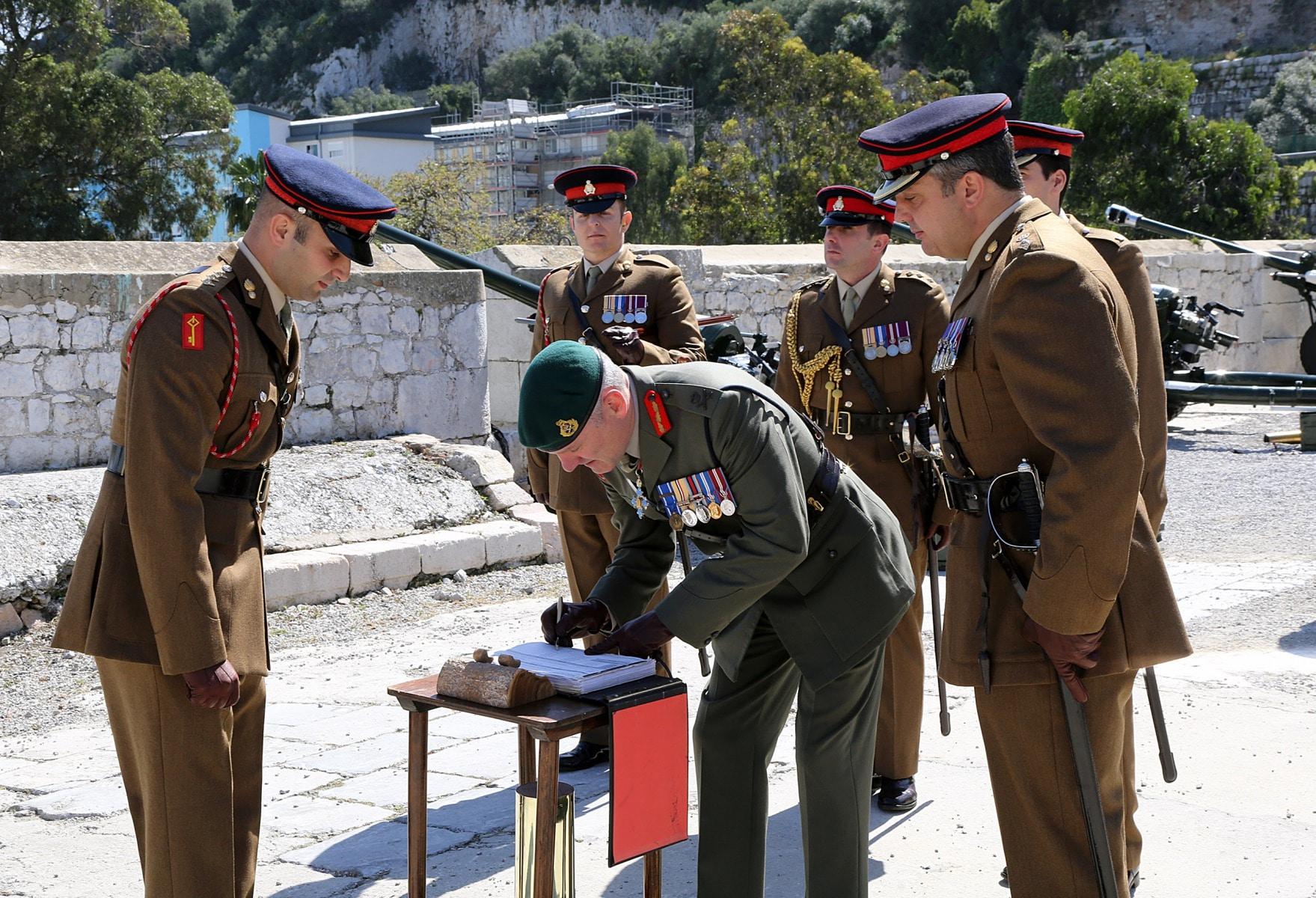 salvas-en-gibraltar-en-honor-al-90-cumpleaos-de-la-reina-isabel-ii_26494939341_o