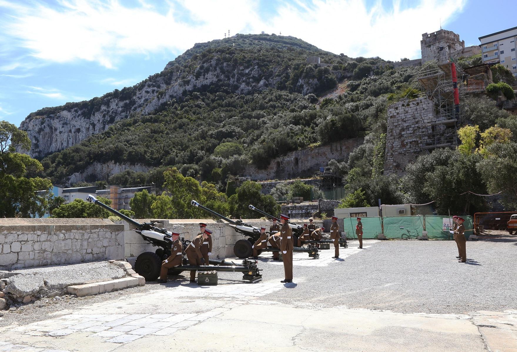 2-jun-2016-salvas-en-gibraltar-honor-al-aniversario-de-coronacin-de-la-reina_27319190762_o