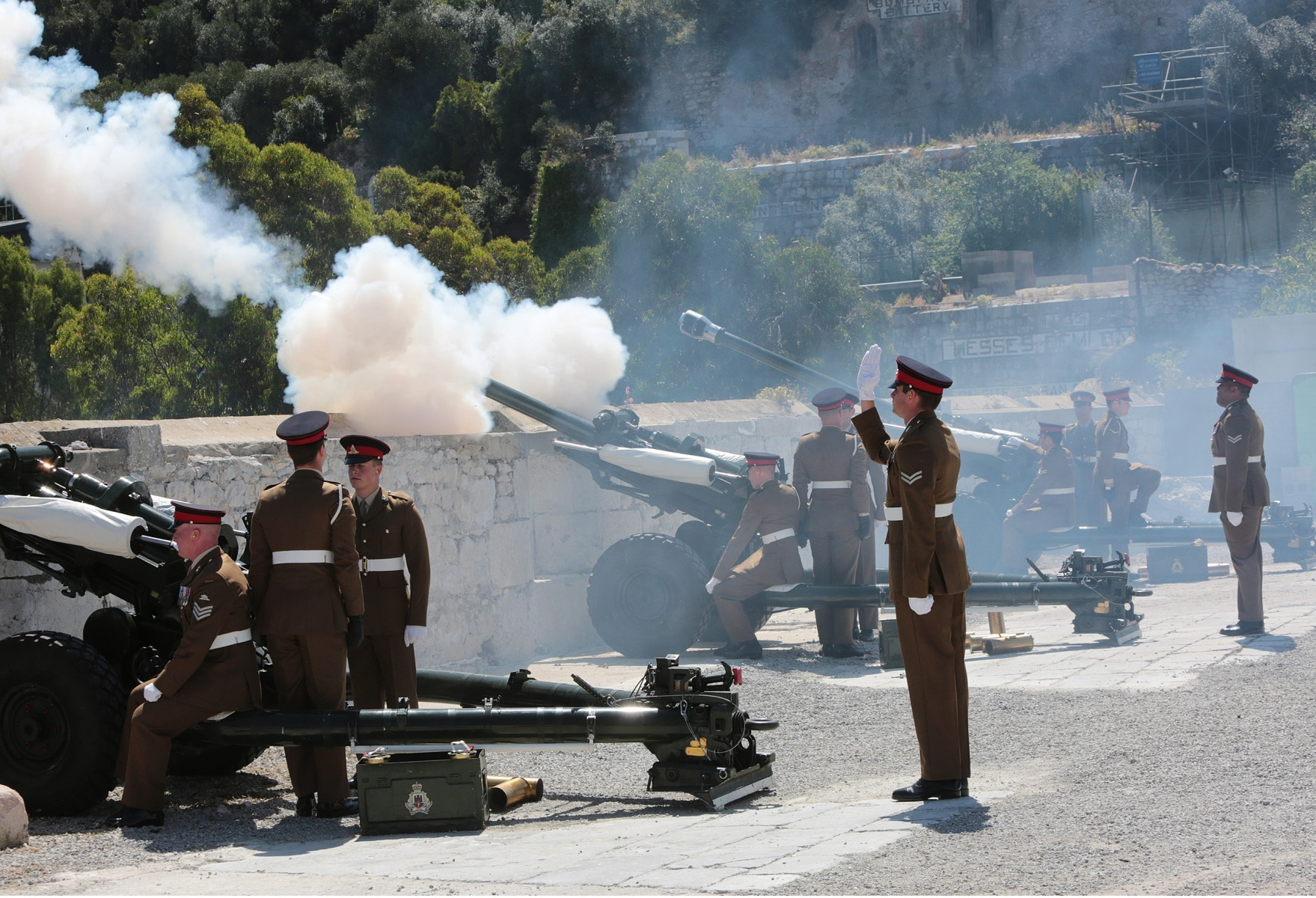 2-jun-2016-salvas-en-gibraltar-honor-al-aniversario-de-coronacin-de-la-reina_27383398746_o