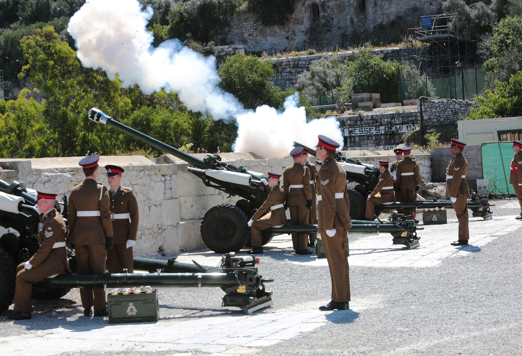 2-jun-2016-salvas-en-gibraltar-honor-al-aniversario-de-coronacin-de-la-reina_27417177485_o