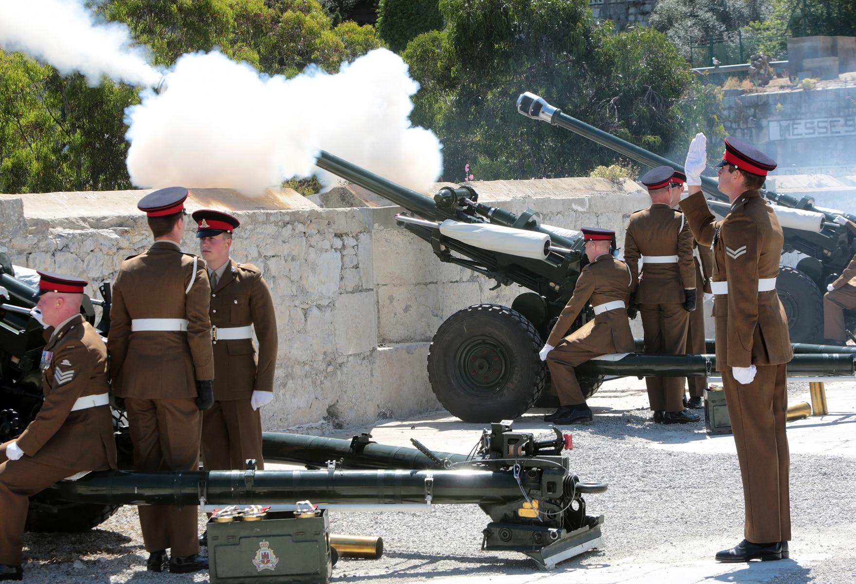 2-jun-2016-salvas-en-gibraltar-honor-al-aniversario-de-coronacin-de-la-reina_27417180285_o