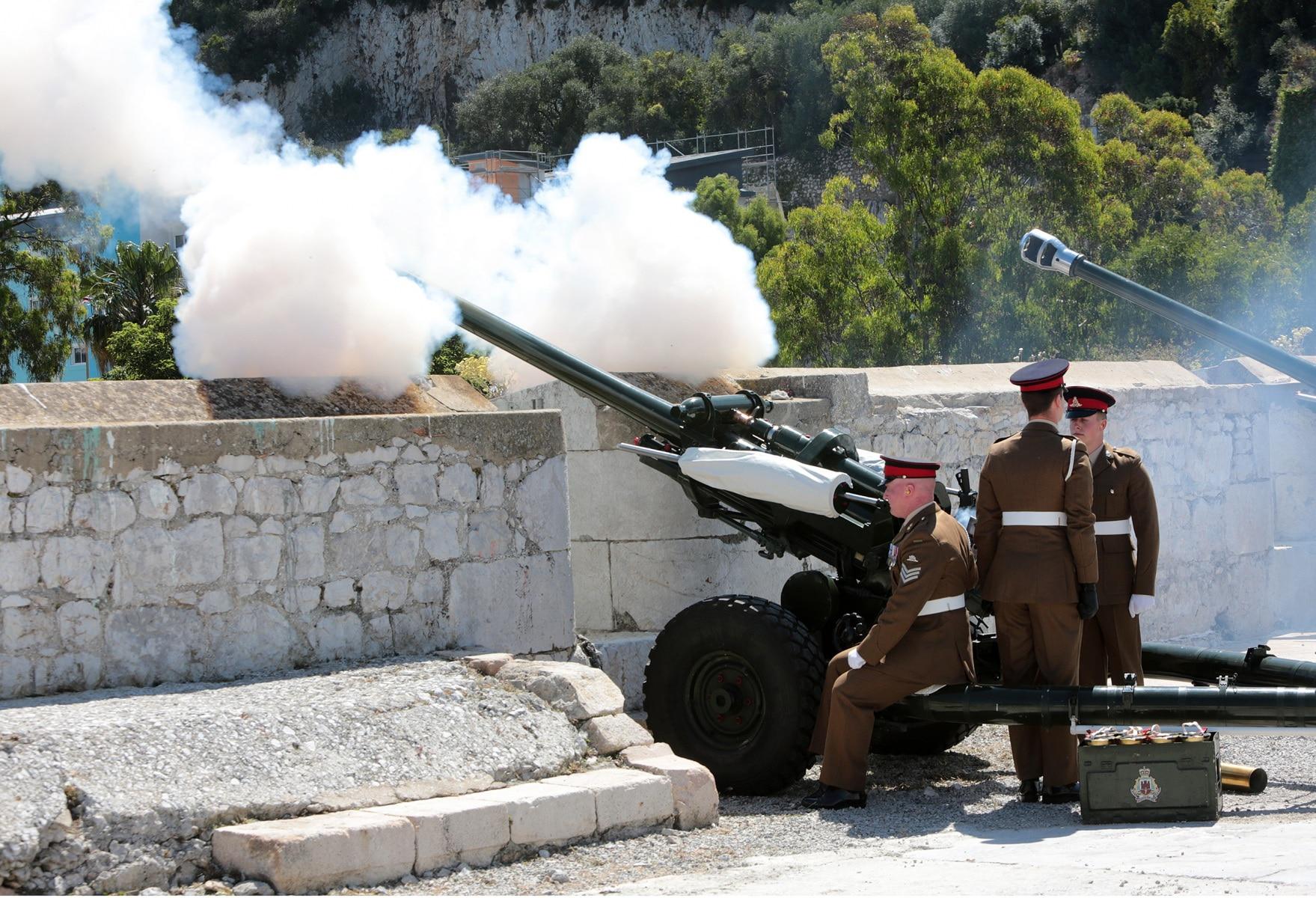 2-jun-2016-salvas-en-gibraltar-honor-al-aniversario-de-coronacin-de-la-reina_27417180775_o