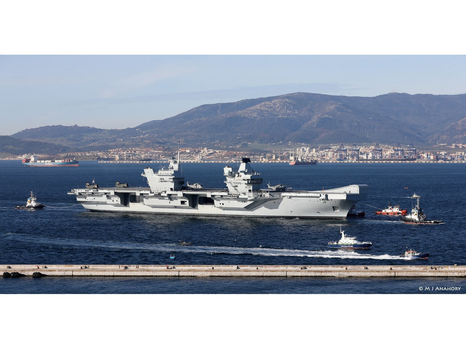 portaaviones-hms-queen-elizabeth-llegando-al-puerto-de-gibraltar-al-fondo-algeciras-via-moses-anahory_26293510828_o