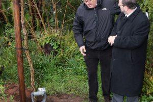 180315 El Ministro John Cortés planta un alcornoque con Jorge Bezares, director saliente del Parque de los Alcornocales
